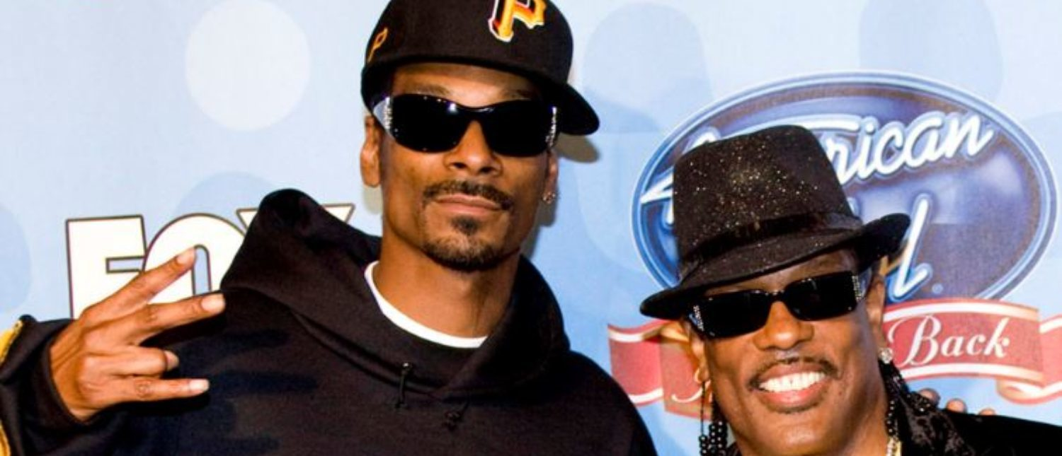 "Rap singer Snoop Dog (L) and Charlie Wilson pose as they arrive to attend the ""American Idol, The Idol Gives Back"" show and fundraising event in Hollywood, California, April 6, 2008. REUTERS/Hector Mata"