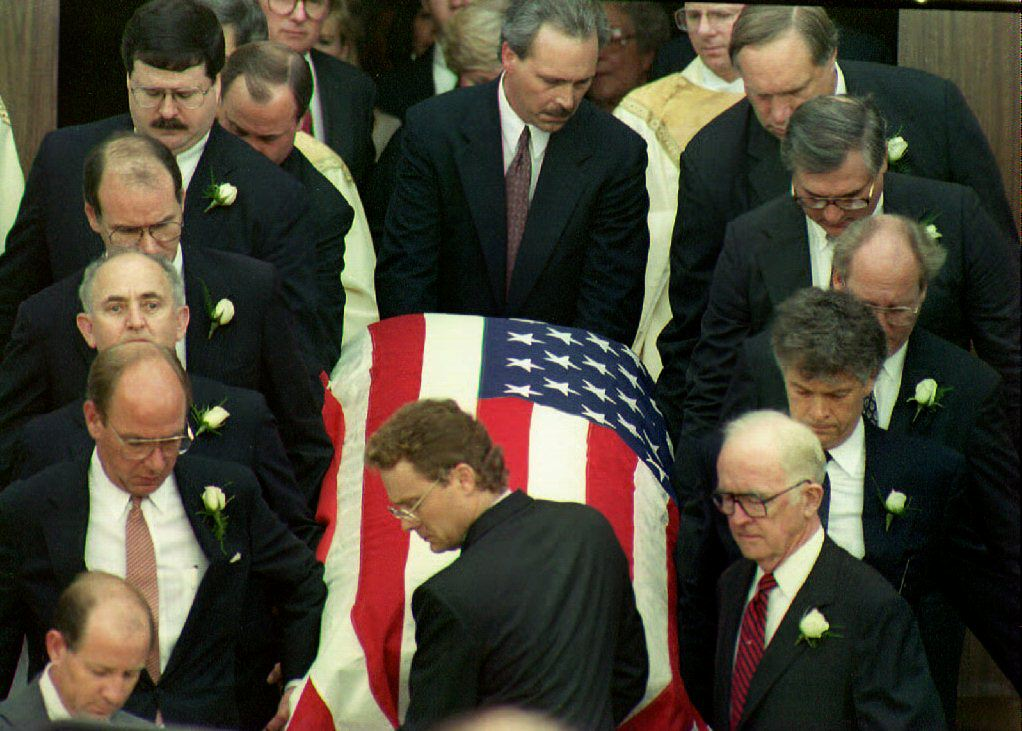 Pallbearers carry the casket of deputy White House counsel Vince Foster Jr. on July 23, 1993. (Bob Ochen/AFP/Getty Images)