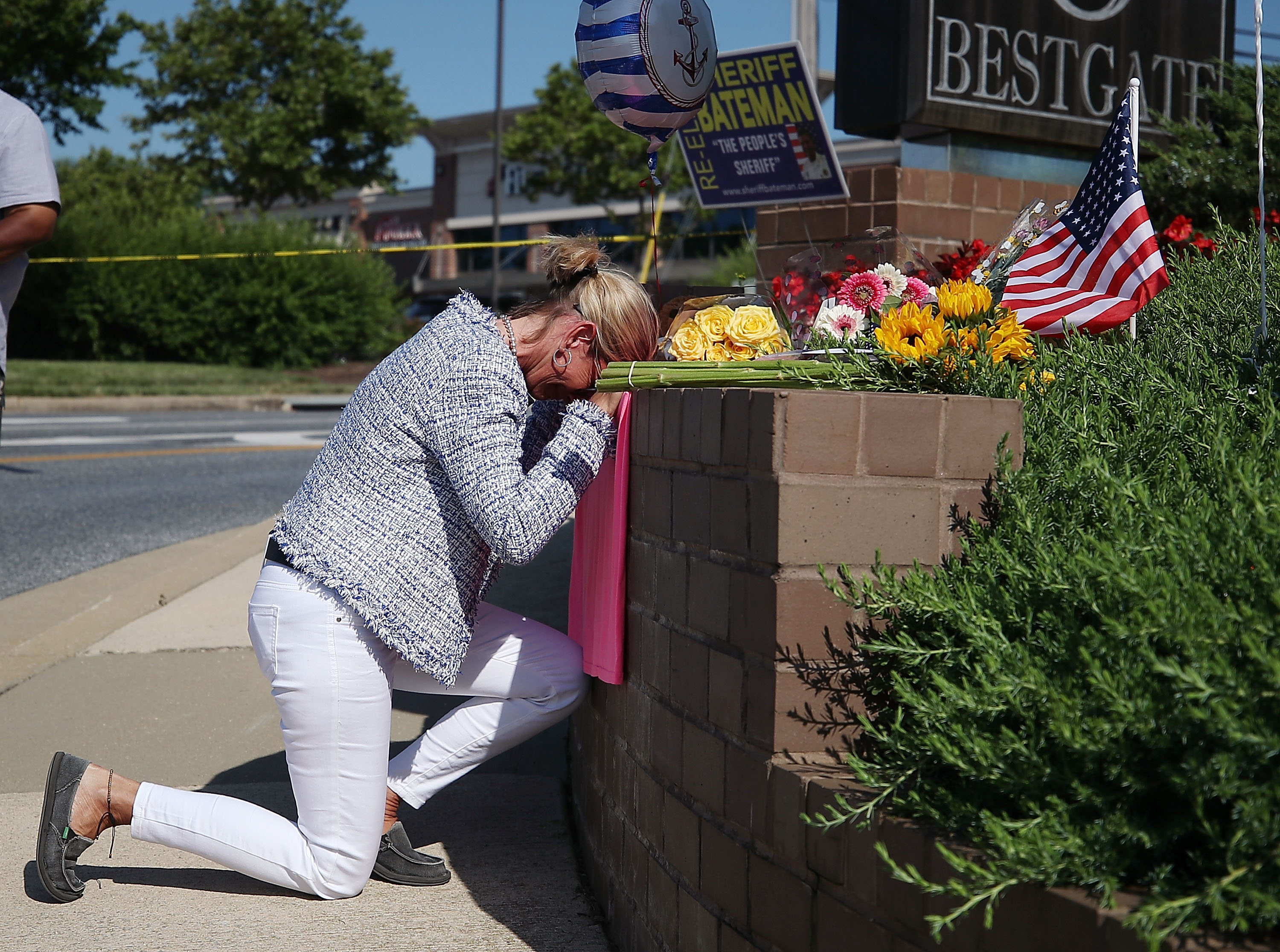 Lynne Griffin pays her respects at a makeshift memorial near the Capital Gazette where 5 people were shot and killed by a gunman on Thursday, on June 29, 2018 in Annapolis, Maryland. (Photo by Mark Wilson/Getty Images)