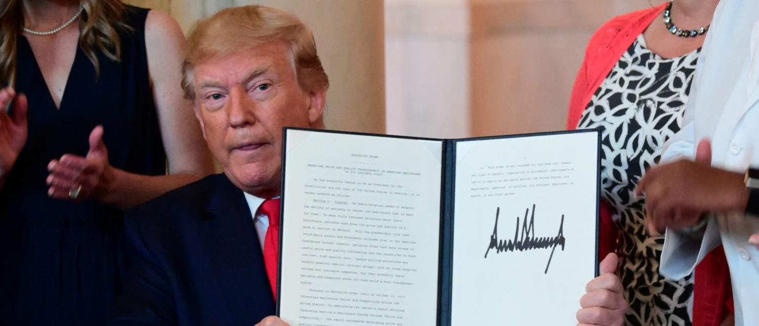 U.S. President Donald Trump signs an executive order aimed at requiring hospitals to be more transparent about prices before charging patients for healthcare services, at the White House in Washington, U.S. June 24, 2019. (REUTERS/Erin Scott)