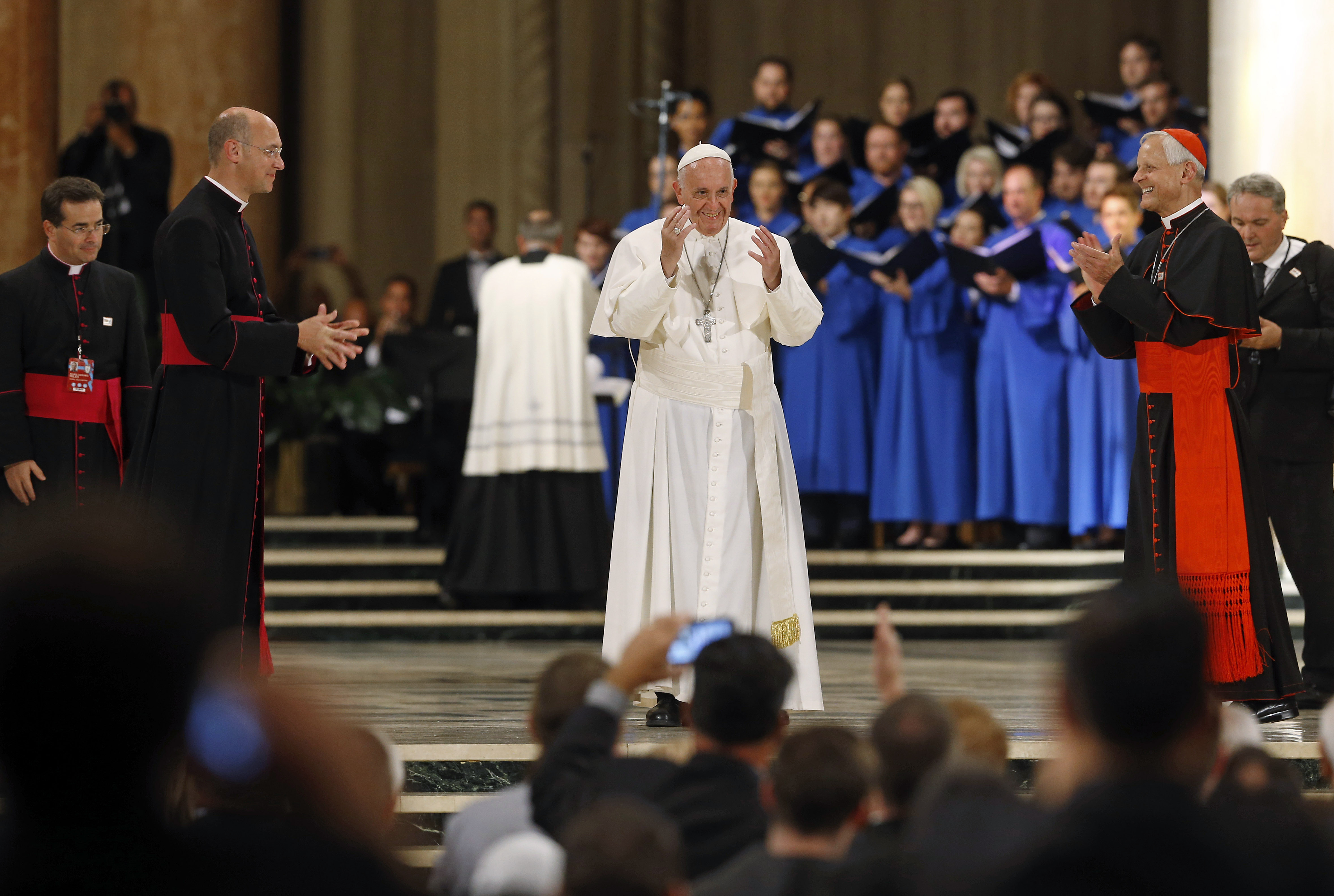 Pope Francis greets gatherers as he is applauded inside the Basilica of the National Shrine of the Immaculate Conception in Washington September 23, 2015. REUTERS/Patrick Semansky/Pool - TB3EB9N1RC4VR