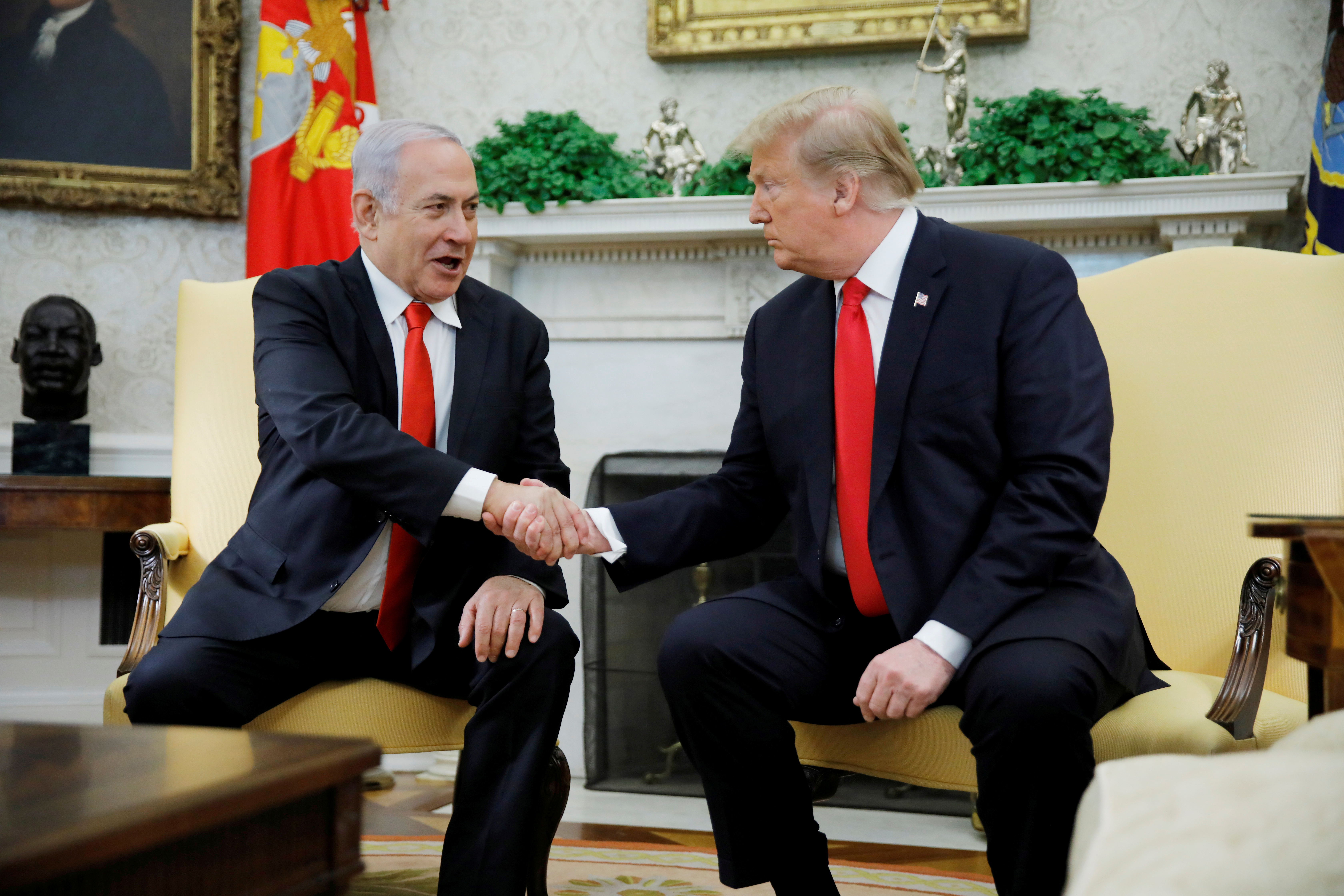 Israel's Prime Minister Benjamin Netanyahu shakes hands with U.S. President Donald Trump during their meeting in the Oval Office at the White House in Washington, U.S., March 25, 2019. REUTERS/Carlos Barria/File Photo