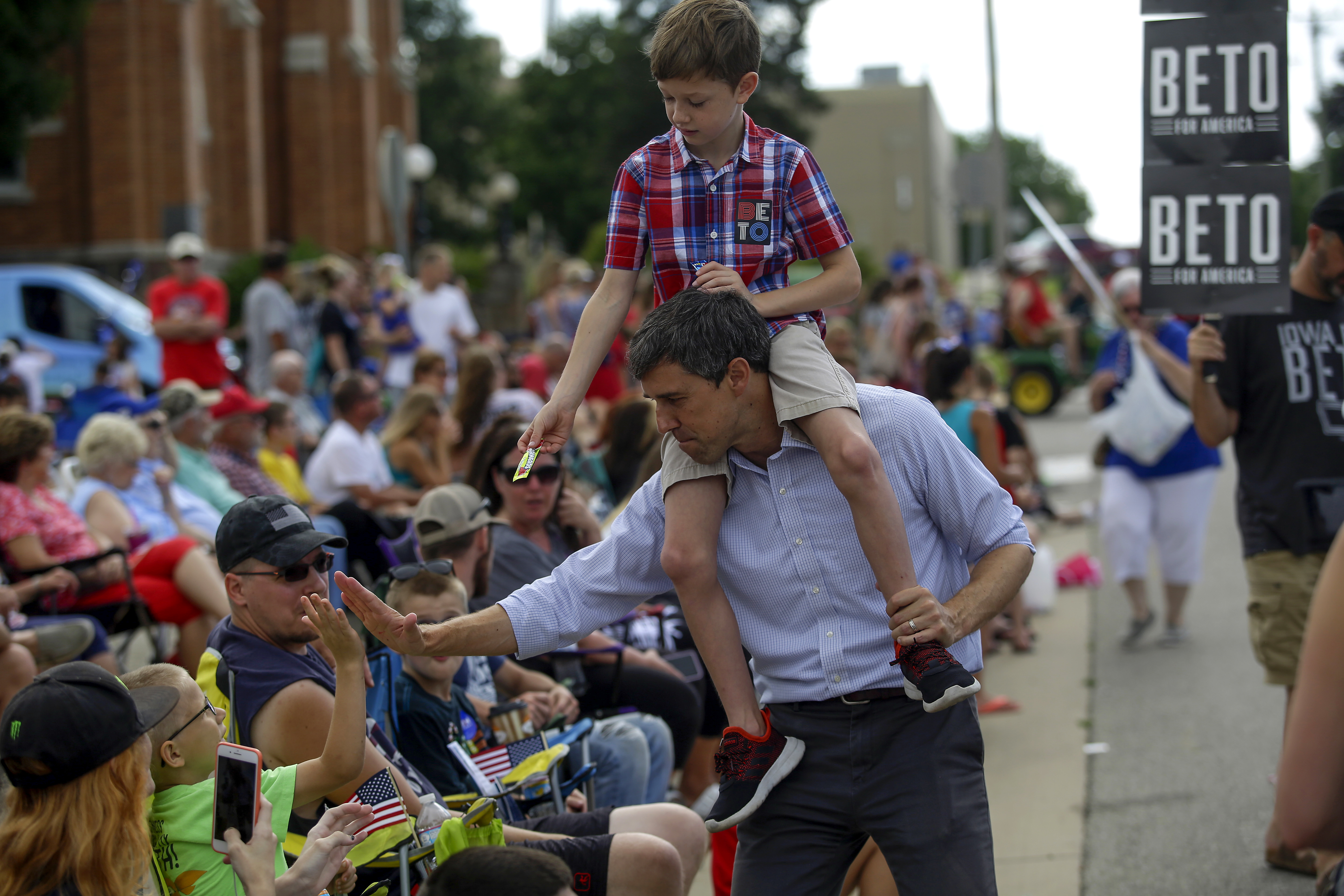 INDEPENDENCE, IA - JULY 04: Democratic presidential candidate, former Rep. Beto O'Rourke (D-TX) and his son Henry O'Rourke greet people during the Fourth of July parade on July 4, 2019 in Independence, Iowa. Democratic candidates for president including Joe Biden, Beto O'Rourke, Kamala Harris, Pete Buttigieg and Bernie Sanders are celebrating America's independence in Iowa. (Photo by Joshua Lott/Getty Images)