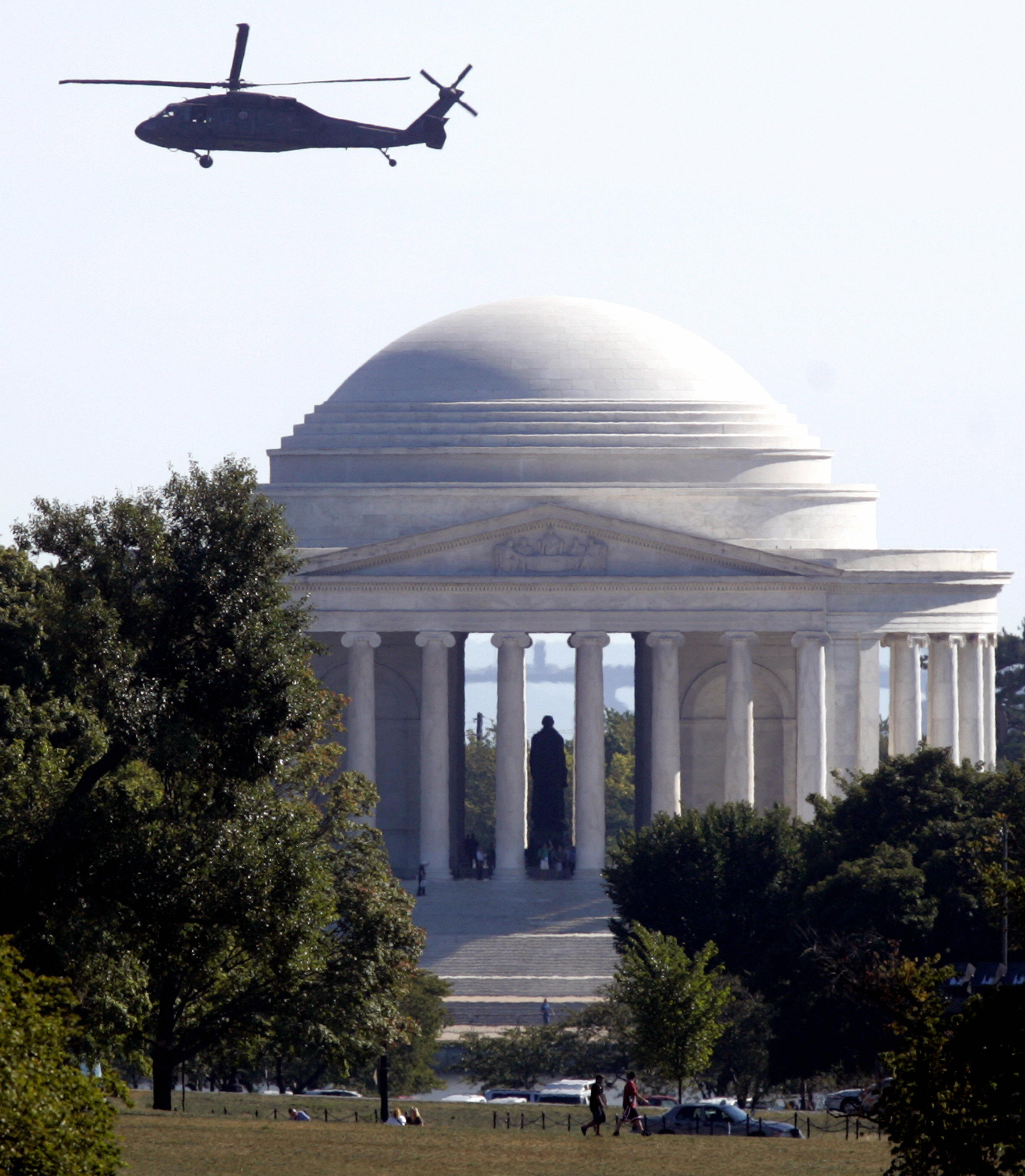 A Blackhawk helicopter flies past the Jefferson Memorial in Washington, DC, 21 September 2007. (SAUL LOEB/AFP/Getty Images)