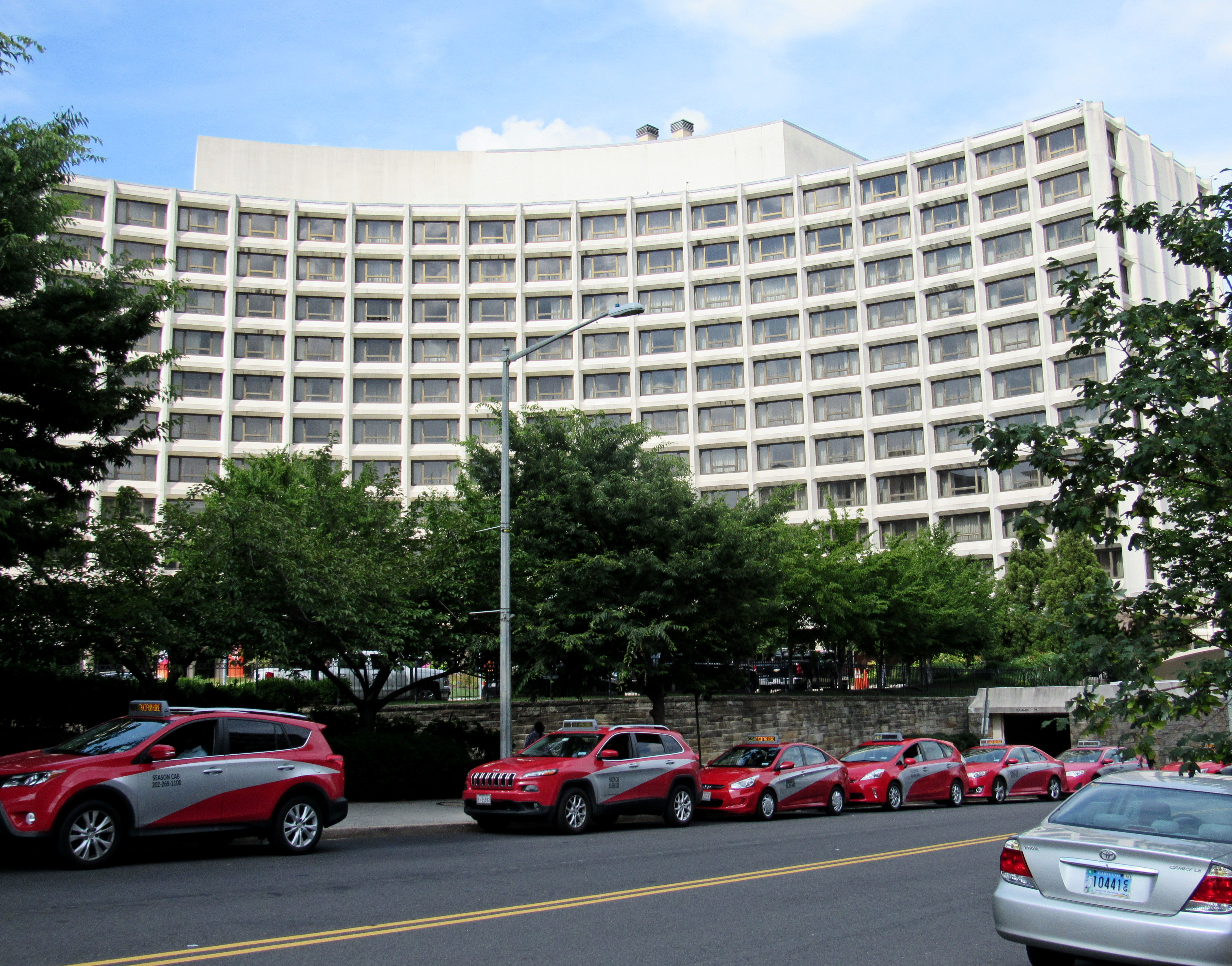 Taxicabs line up near the Hilton Hotel in the Dupont Circle neighborhood, Washington, D.C. (Photo: Shutterstock.com)