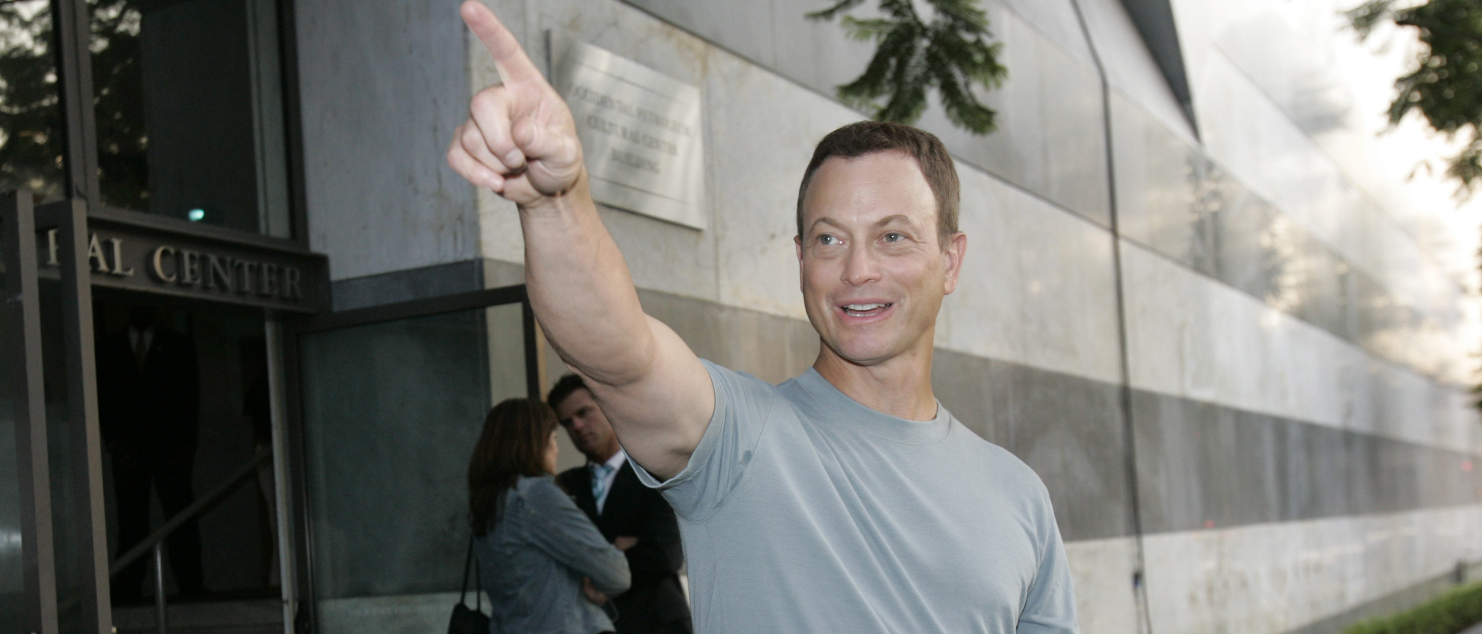 Actor Gary Sinise gestures as he arrives at the CBS summer 2005 press tour party at the Hammer museum, Los Angeles, July 19, 2005. REUTERS/Mario Anzuoni