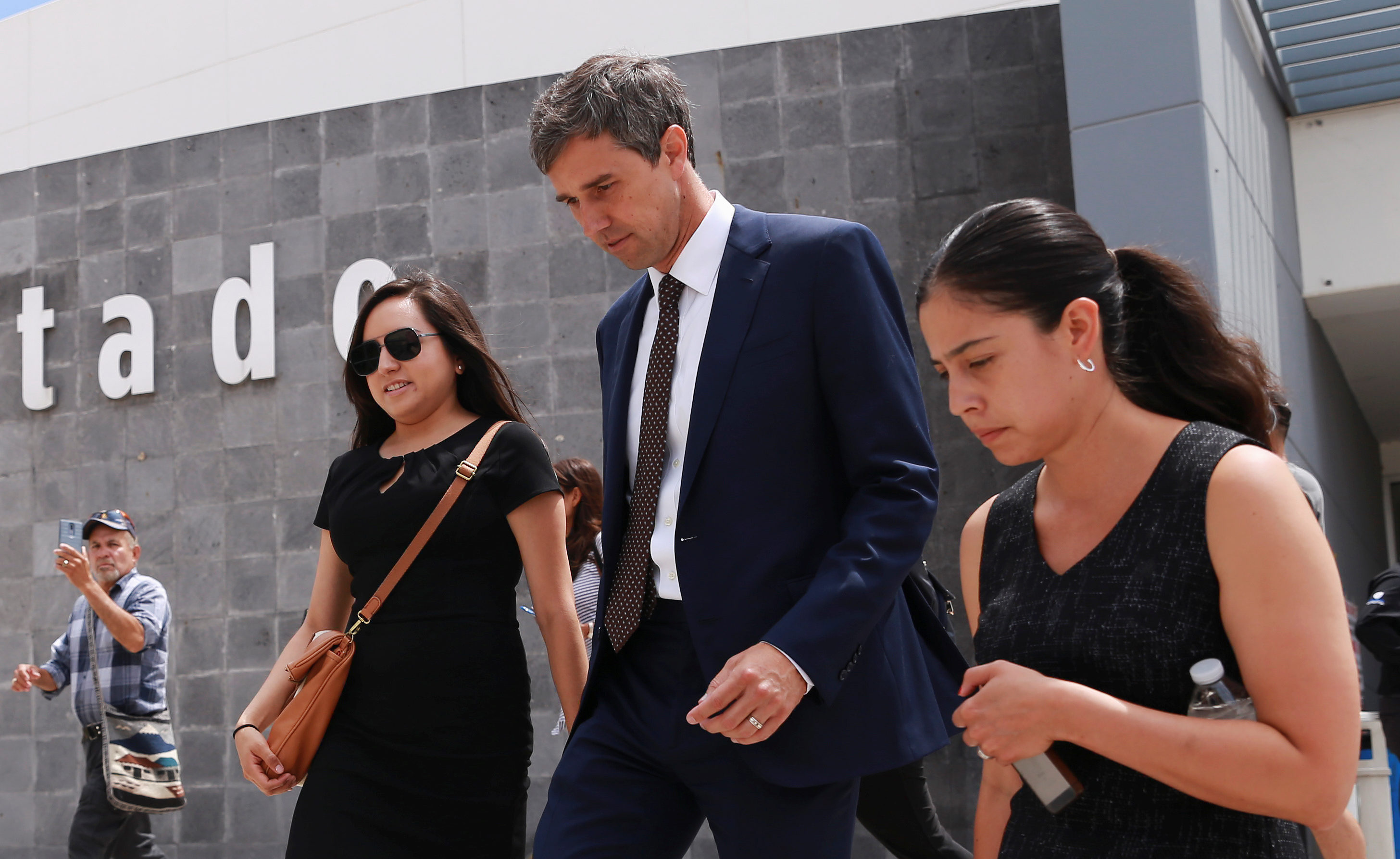 Democratic presidential candidate Beto O'Rourke leaves the state government facilities after a meeting with Chihuahua's governor Javier Corral and Ciudad Juarez Mayor Armando, in Ciudad Juarez, Mexico August 8, 2019. REUTERS/Carlos Sanchez NO RESALES. NO ARCHIVES - RC162F9E2CD0
