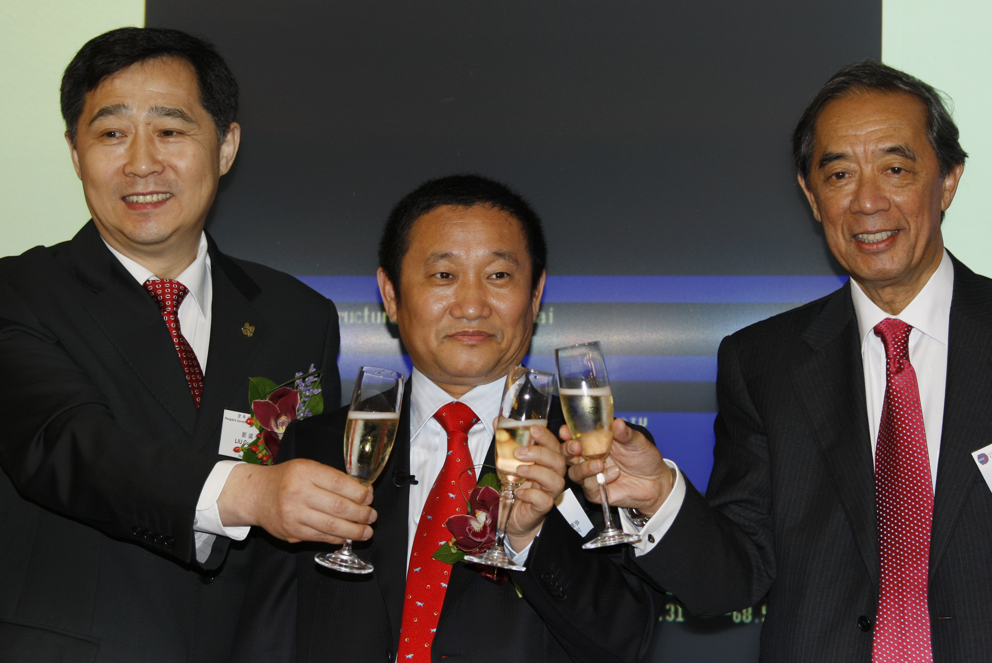 (L-R) China's Liaoning province Deputy Governor Liu Guoqiang (L), China Zhongwang Holdings Chairman Liu Zhongtian and Hong Kong Stock Exchange Chairman Ronald Arculli (R) toast during the debut of Zhongwang Holdings at the Hong Kong Stock Exchange May 8, 2009. Shares of China Zhongwang Holdings, Asia's largest maker of aluminium extrusion products, fell about 2 percent in their Hong Kong trading debut on Friday after the company raised $1.3 billion in the world's biggest IPO since August. REUTERS/Bobby Yip (CHINA) - GM1E5580X0G01