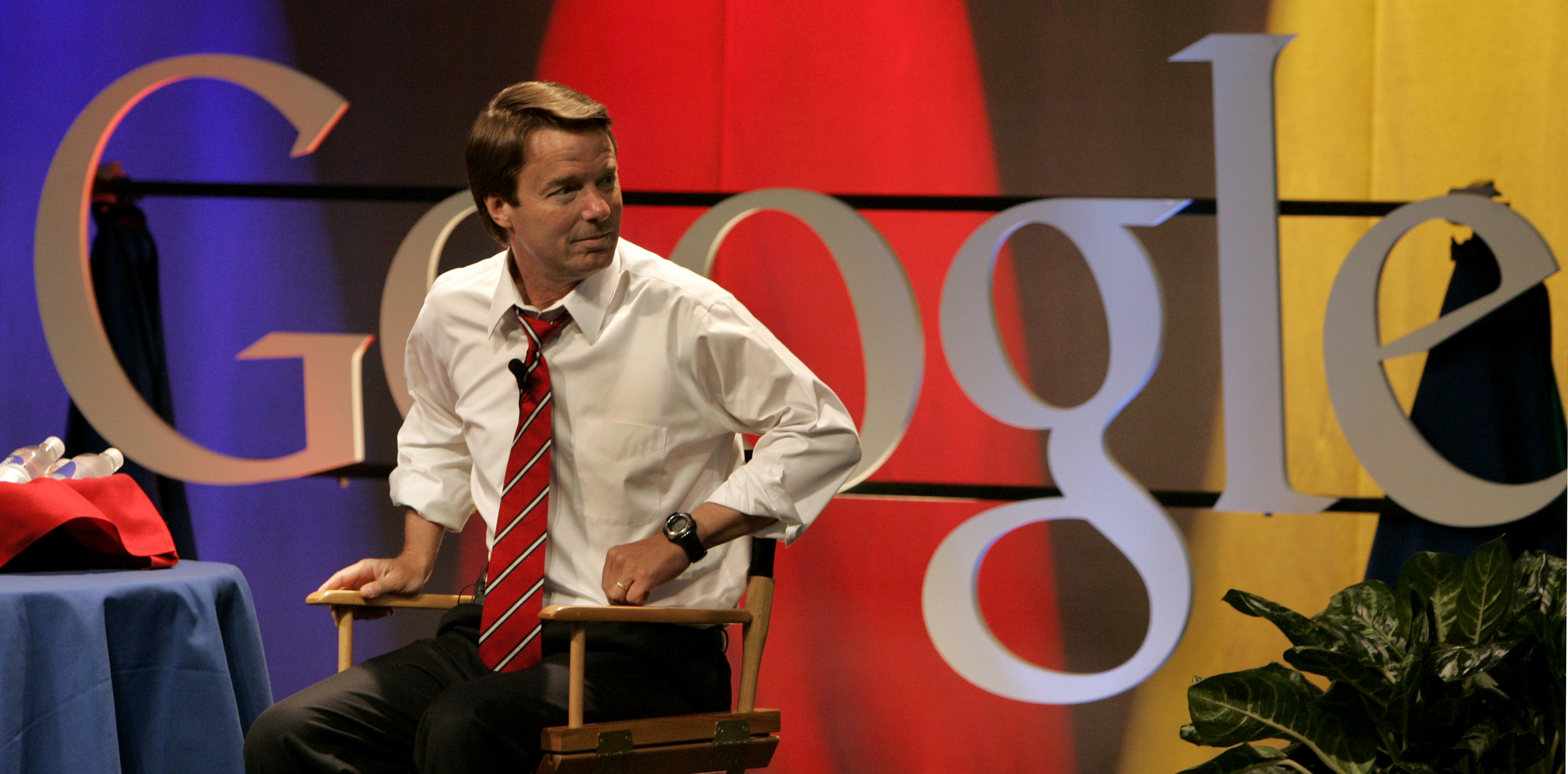 U.S. Democratic presidential hopeful John Edwards of North Carolina takes a seat before a town hall meeting at Google headquarters in Mountain View, California May 30, 2007. REUTERS/Robert Galbraith (UNITED STATES) - GM1DVJLNNIAA