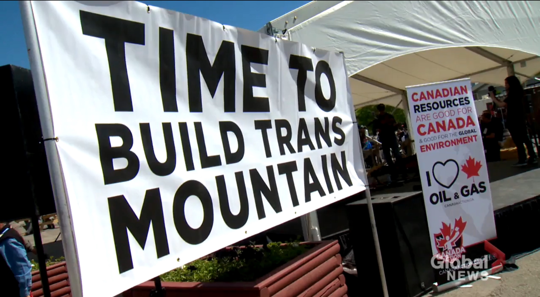 Demonstrators urge the Canadian government to complete the Trans Mountain pipeline from Edmonton to Vancouver. Global News screenshot, Sept. 5, 2019.