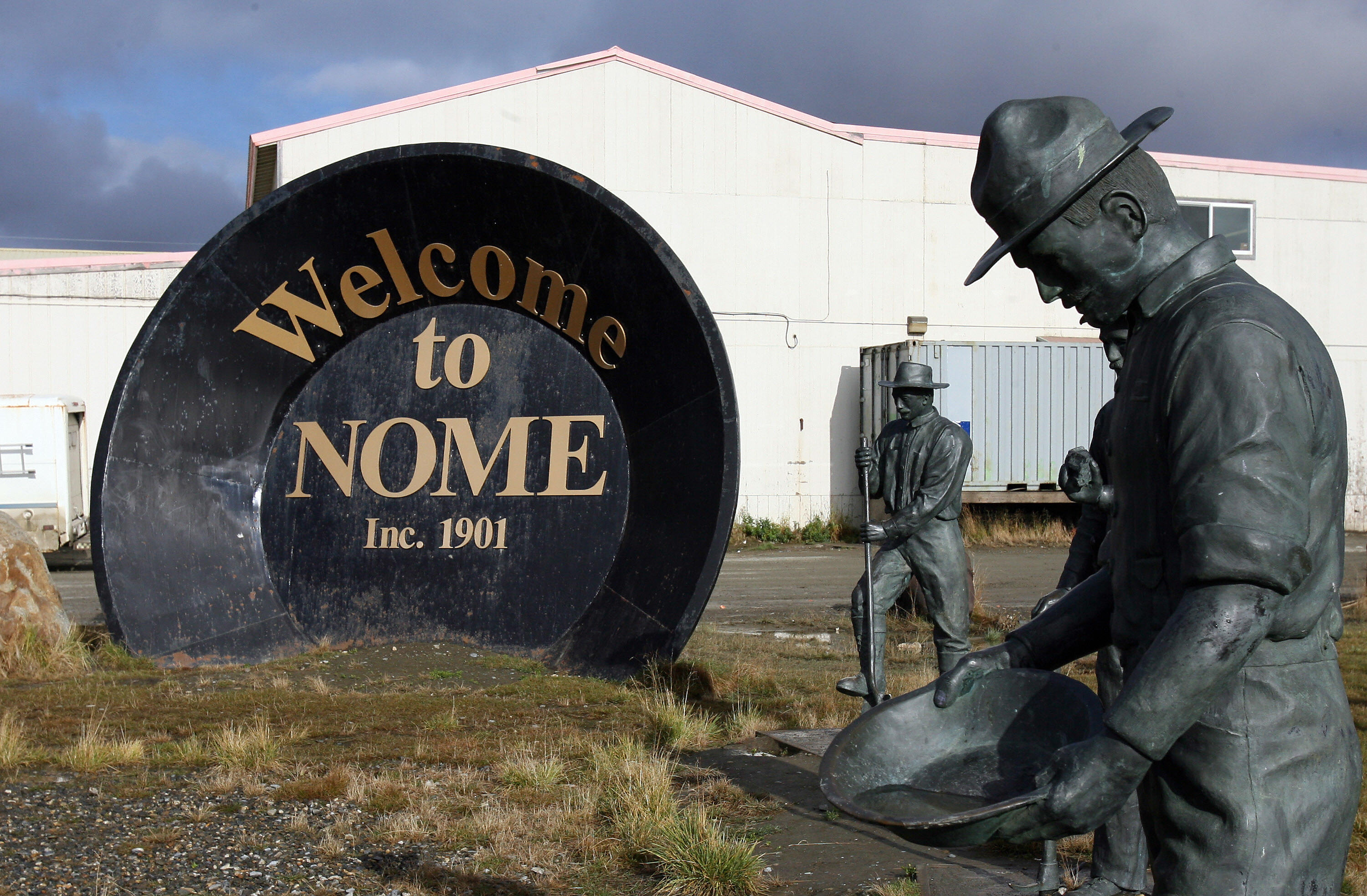 Nome, UNITED STATES: A giant gold pan welcomes visitors to Nome, Alaska, 29 September 2006. The discovery of gold by Norwegian Jafet Lindeberg and Swedes Erik Lindblom and John Brynteson in 1898 in nearby Anvil Creek, led to the founding of Anvil City, later renamed Nome. The city, 200 miles (321kms) from the Russian east coast and 560 miles (901kms) northwest of Anchorage, also claims the finish line of the Iditarod Trail annual dog sled race. AFP PHOTO/GABRIEL BOUYS (Photo credit should read GABRIEL BOUYS/AFP/Getty Images)