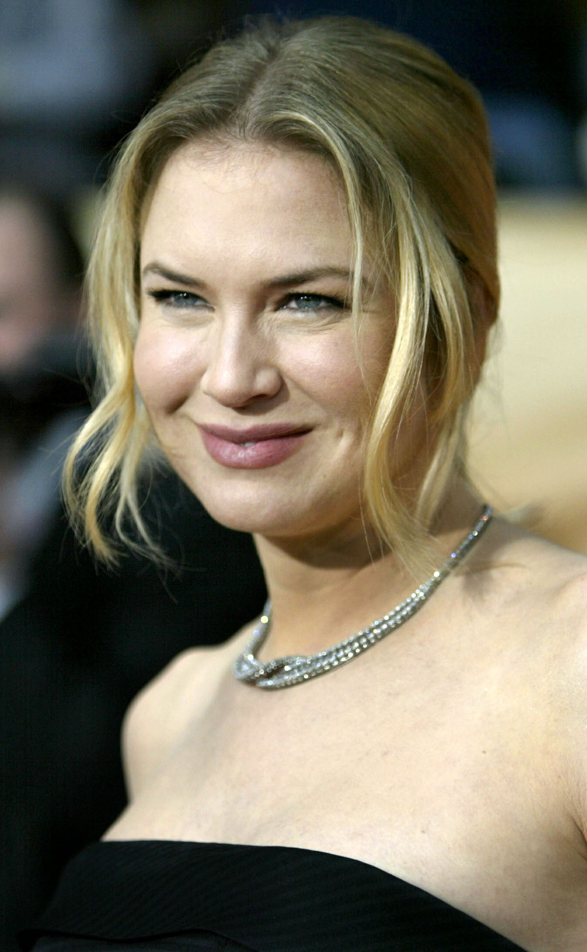 Actress Renee Zellwegger, a nominee for supporing actress in a motion picture, arrives for the 10th annual Screen Actors Guild Awards at the Shrine Auditorium in Los Angeles, February 22, 2004. Reuters/ Lucy Nicholson