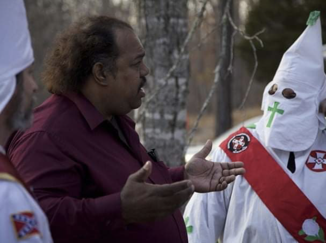 Daryl Davis, who has worked to de-radicalize members of extremist groups, talks to people in the KKK. (Screenshot Facebook Daryl Davis)
