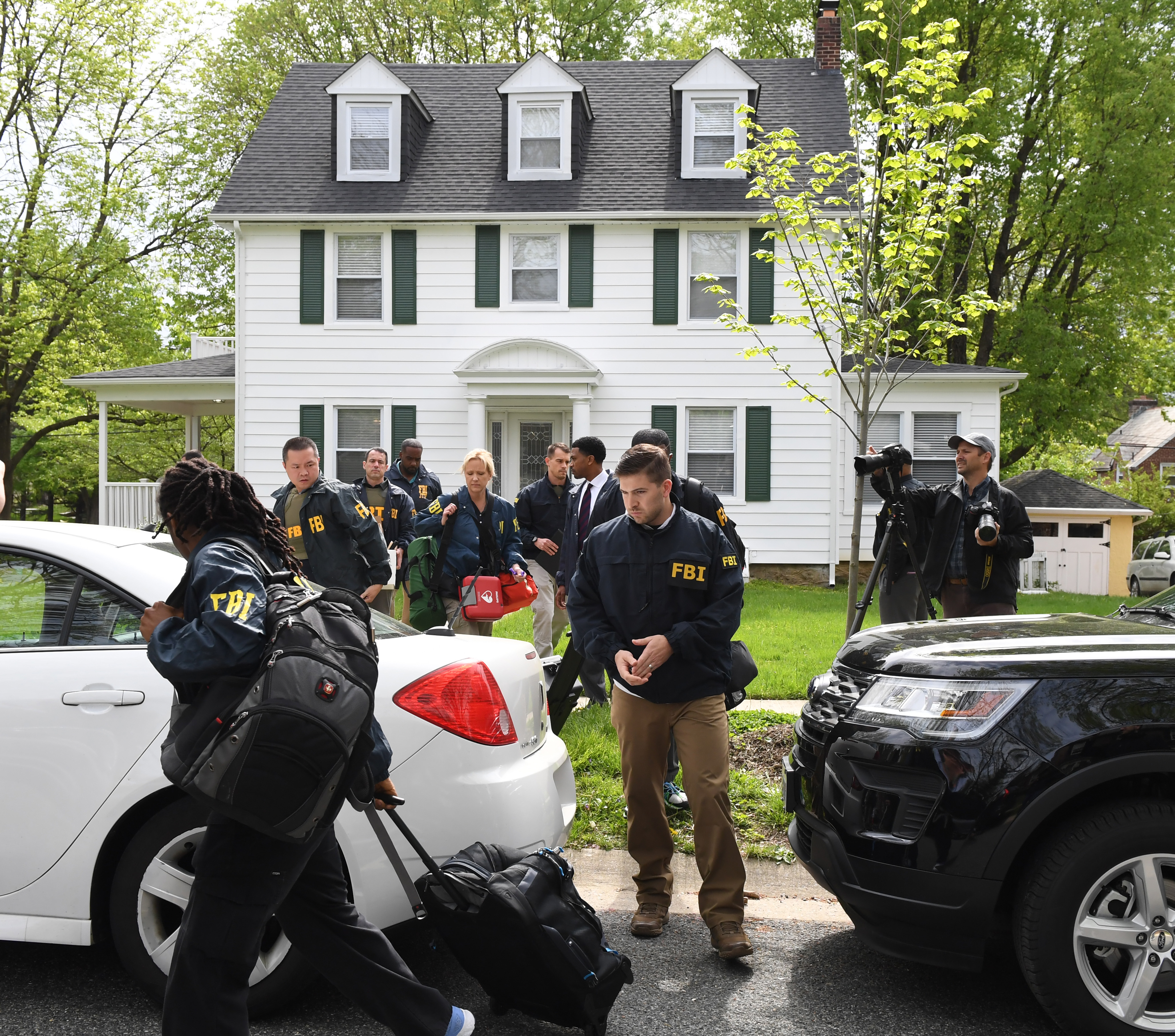 Federal agents remove items from the home of Baltimore Mayor Catherine Pugh in the 3400 block of Ellamont Rd as they execute a search warrant, on April 25, 2019 in Baltimore, Maryland. (John Strohsacker/Getty Images)