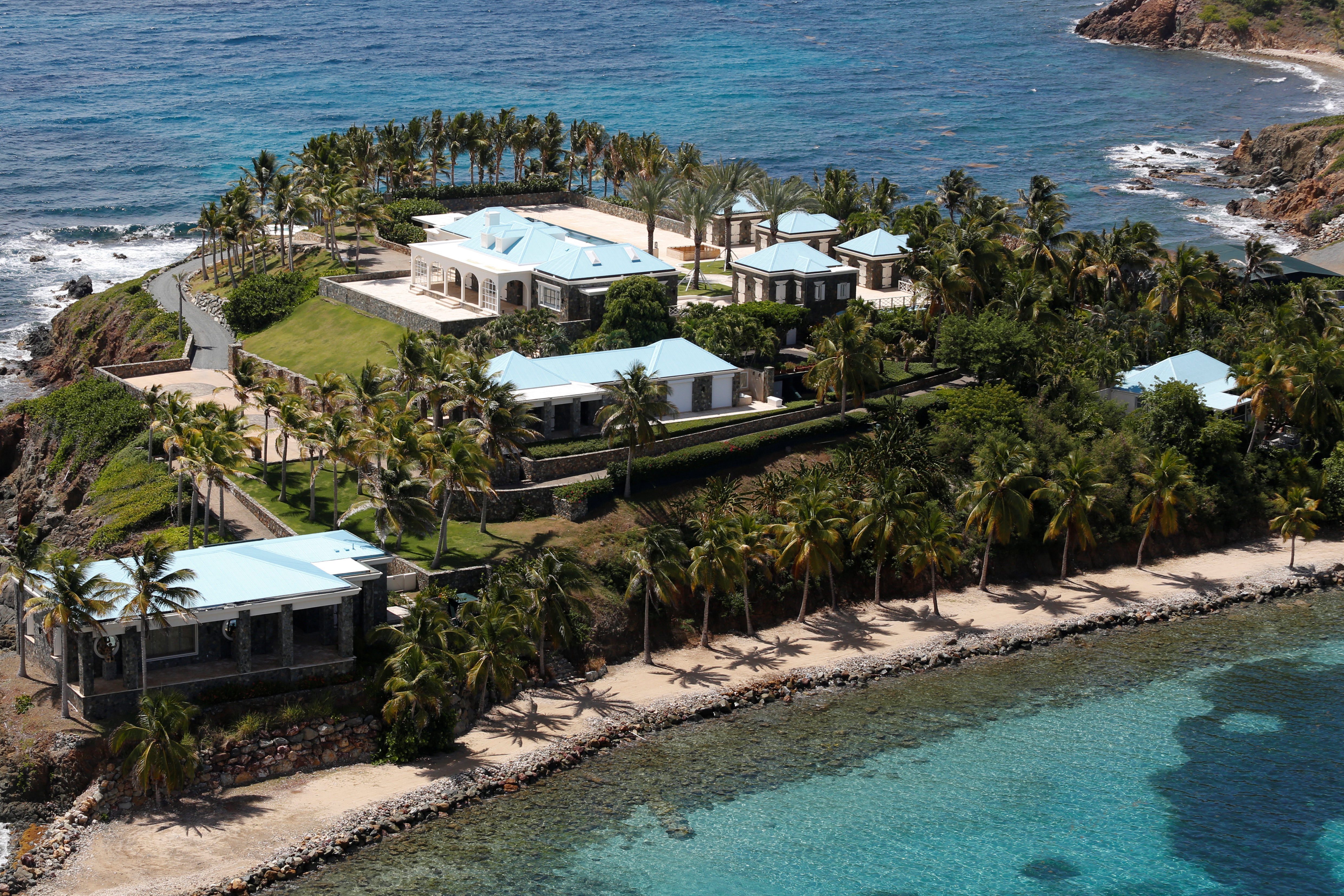 Les installations de Little St. James Island, l'une des propriétés du financier Jeffrey Epstein, sont vues en vue aérienne, près de Charlotte Amalie, St.Thomas, Îles Vierges américaines le 21 juillet 2019. (REUTERS / Marco Bello)