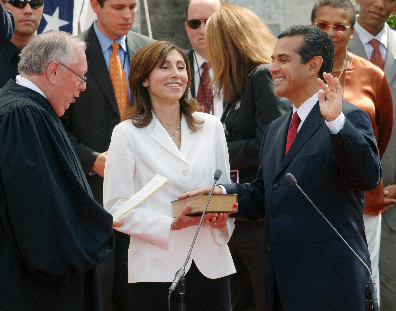 Judge Stephen Reinhardt swears in Los Angeles Mayor Antonio Villaraigosa on July 1, 2005. (Reuters/Jim Ruymen)