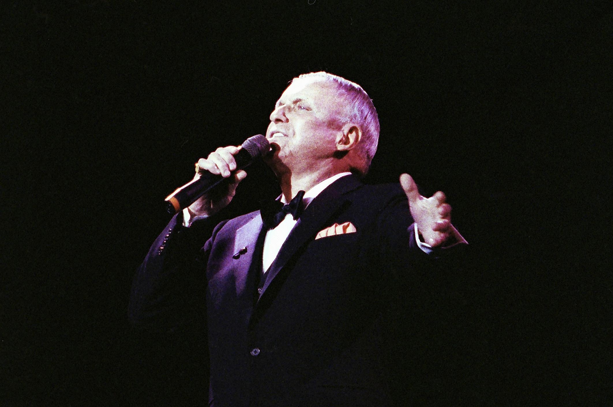 Singer Frank Sinatra performs at the Royal Albert Hall in London, Britain May 26, 1992. REUTERS/Dylan Martinez
