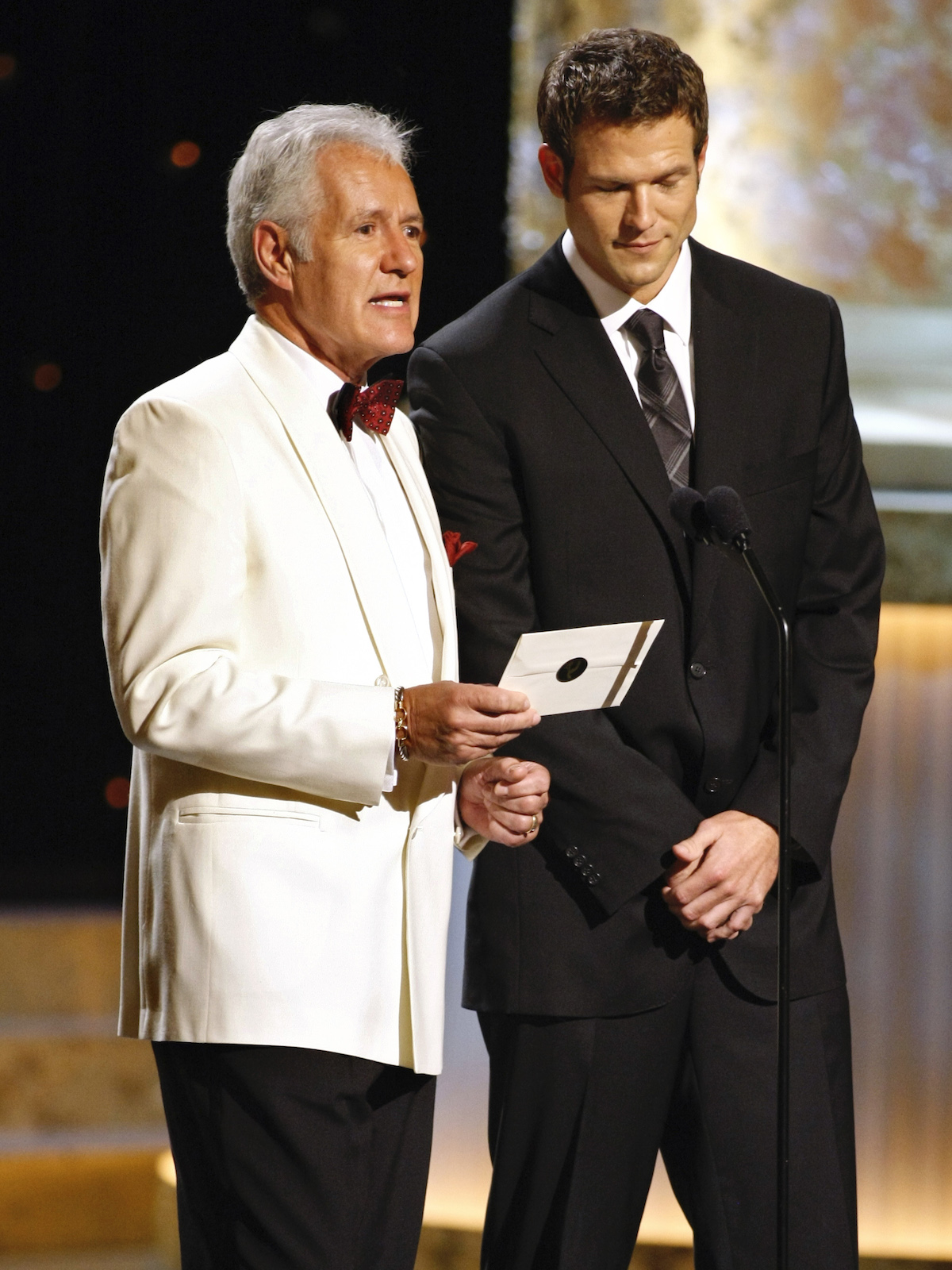 Game show host Alex Trebek (L) and television personality Dr. Travis Stork present an award at the 36th Annual Daytime Emmy Awards at the Orpheum Theatre in Los Angeles, August 30, 2009. REUTERS/Danny Moloshok