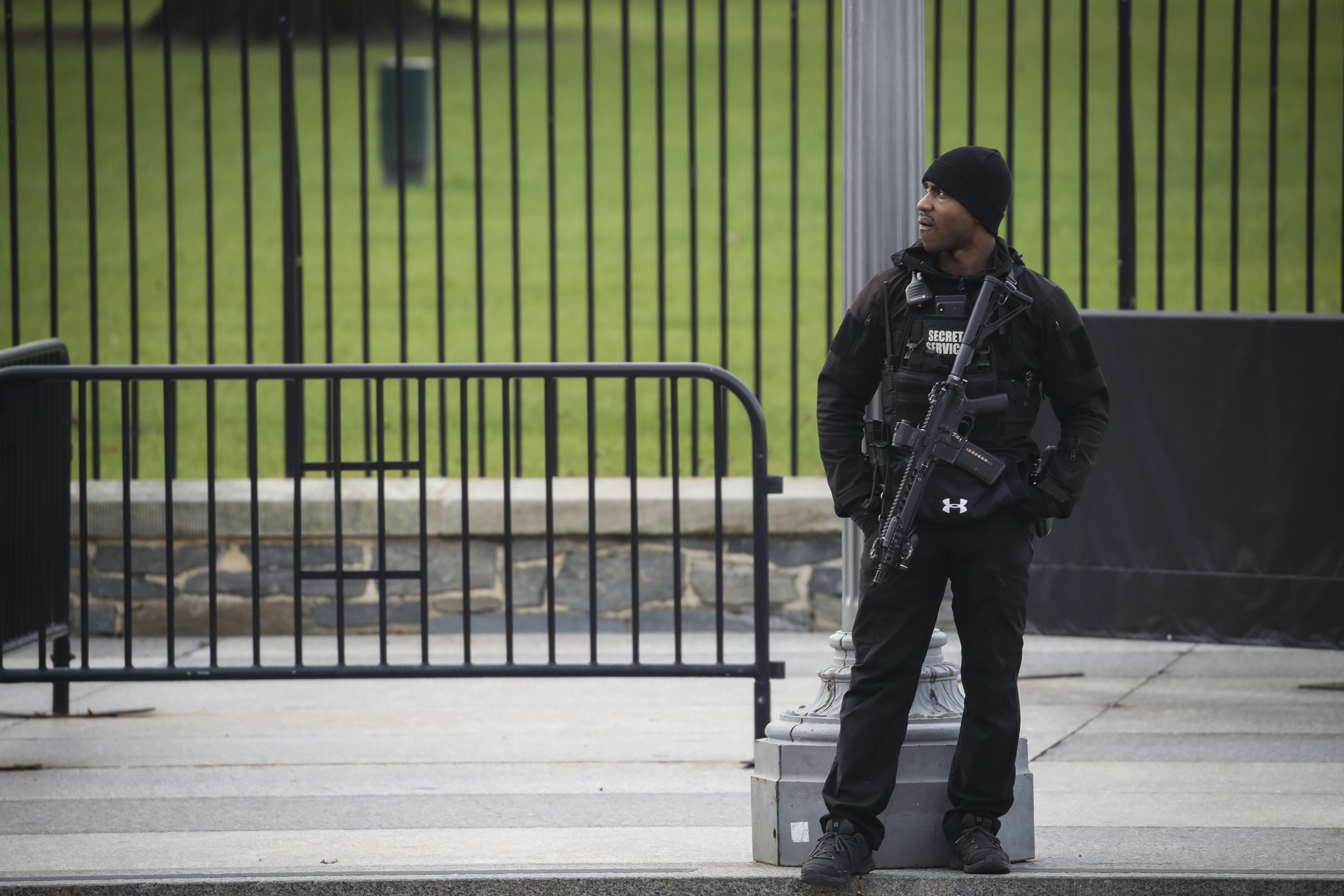WASHINGTON, DC JANUARY 7: A member of the U.S. Secret Service walks stands guard outside of the White House on January 7, 2020 in Washington, DC. According to media reports, the White House is adding extra security; including additional Secret Service agents and greater scrutiny of visitors following President Trump's killing of Iranian General Qasem Soleimani. (Photo by Drew Angerer/Getty Images)