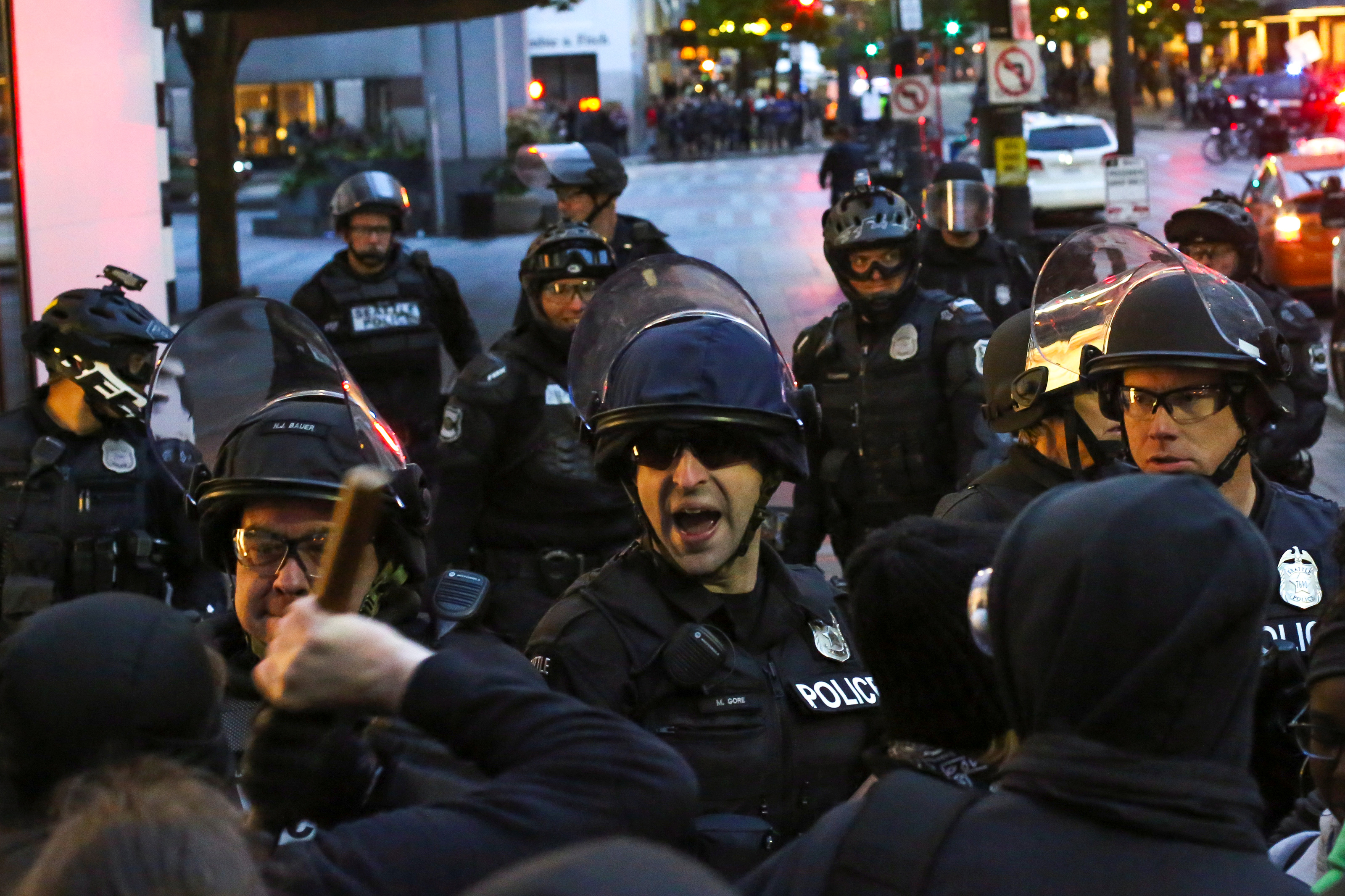 Police officers scuffle with protestors while forcing them to disperse from Westlake Park during May Day protests in Seattle, Washington, U.S. May 1, 2017. REUTERS/David Ryder
