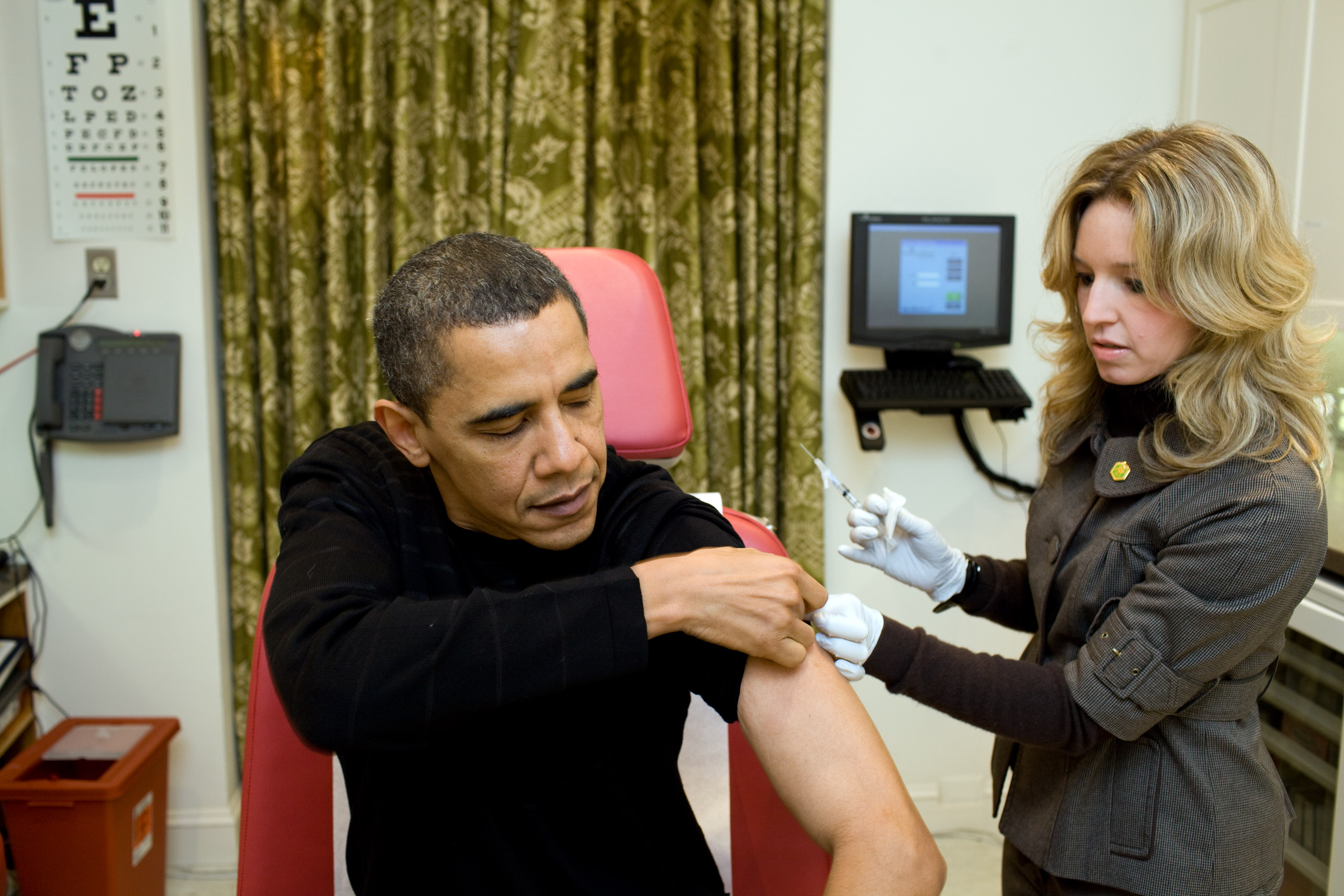 White House nurse prepares to administer the H1N1 vaccine to President Barack Obama (Pete Souza/White House via Getty Images)