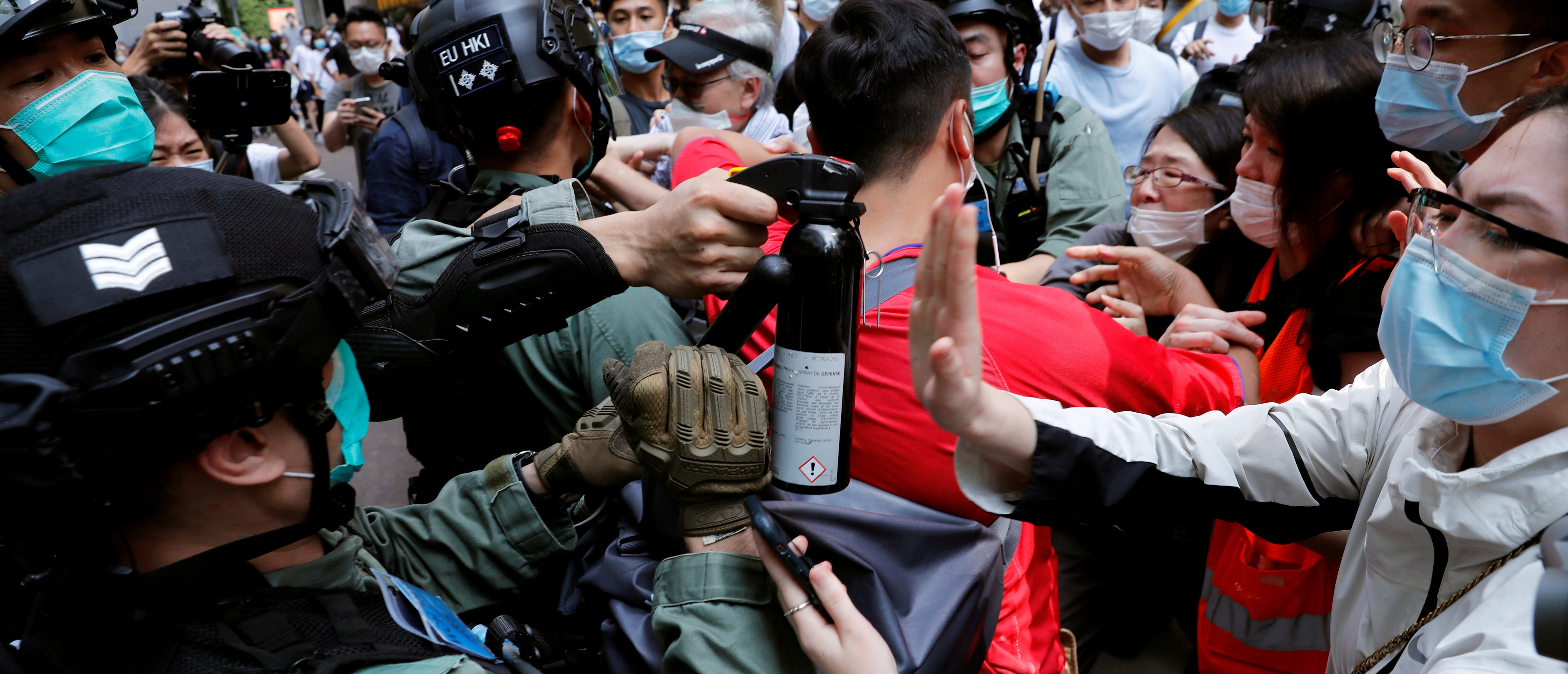 Anti-government demonstrators scuffle with riot police during a lunch time protest as a second reading of a controversial national anthem law takes place in Hong Kong, China May 27, 2020. REUTERS/Tyrone Siu TPX IMAGES OF THE DAY - RC2VWG9A744Q