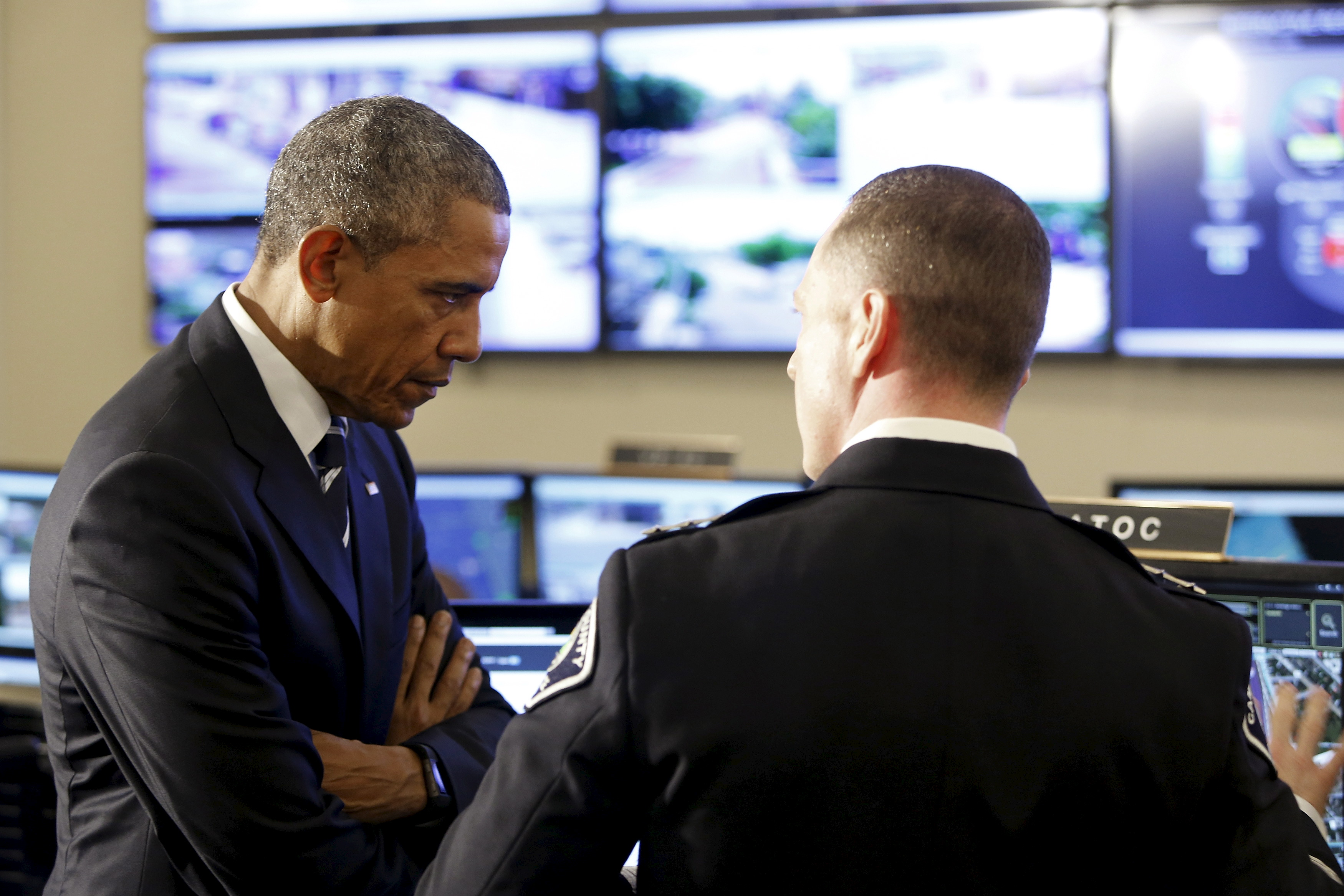 U.S. President Barack Obama (L) speaks with Camden County Police Chief John Scott Thomson as he tours the Camden County Police Department's Real-Time Tactical Operational Intelligence Center in Camden, New Jersey May 18, 2015. Obama is making the visit with law enforcement officials Monday to push efforts to encourage trust-building between police and the communities they serve. (REUTERS/Jonathan Ernst)