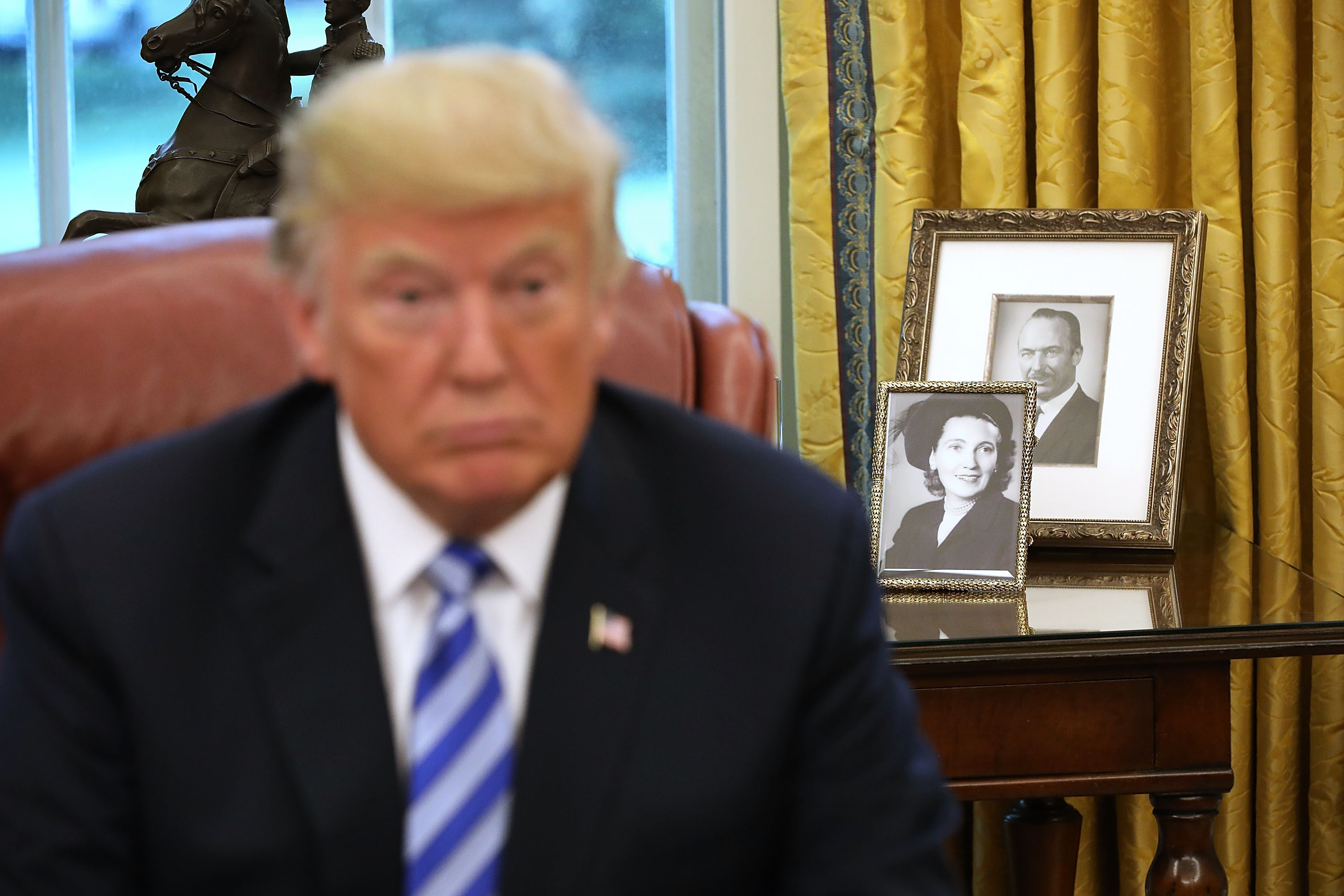 Framed photographs of President Donald Trump's parents, Fred and Mary Trump, sit on a table in the Oval Office. (Photo: Chip Somodevilla/Getty Images)