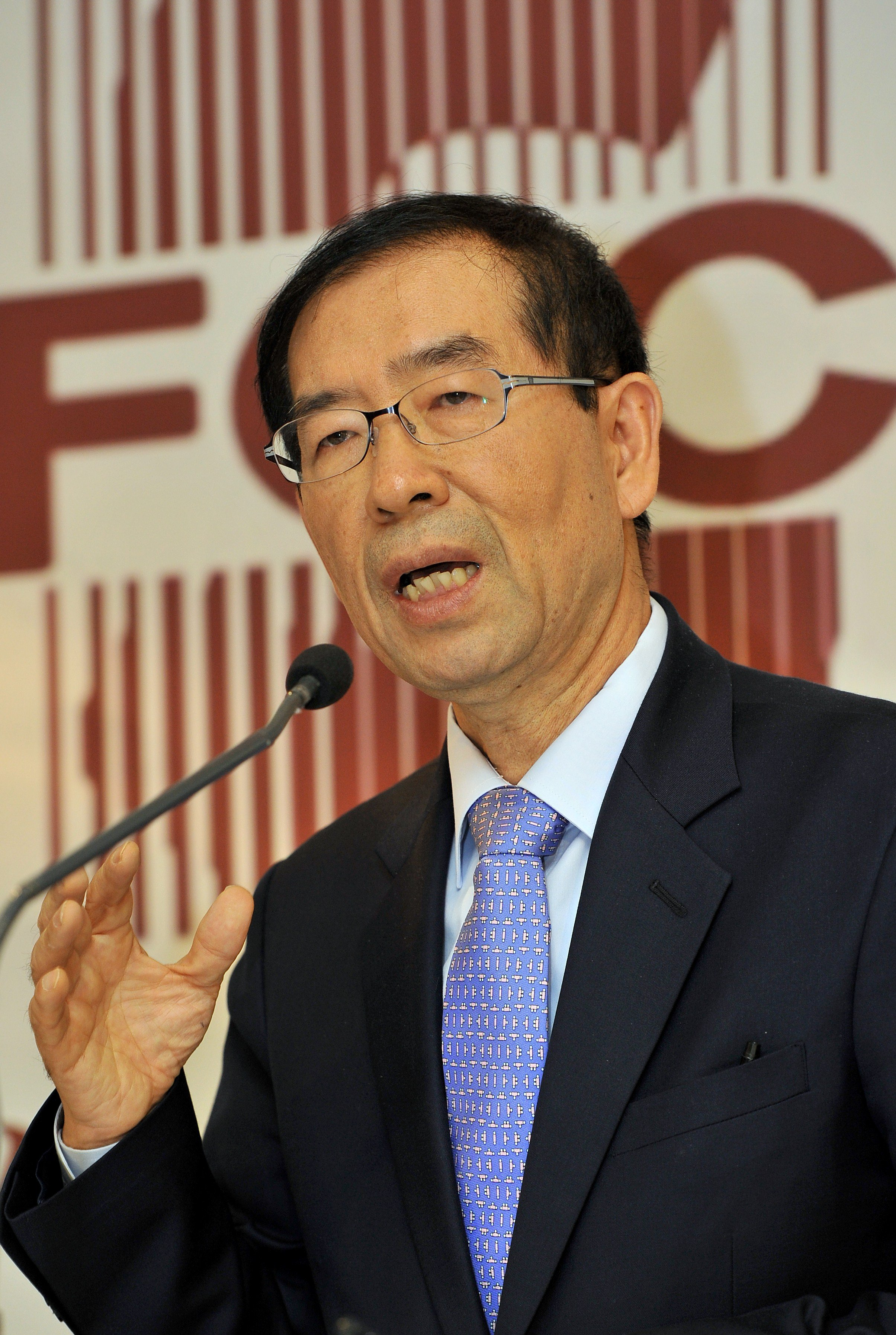 Seoul mayor Park Won-Soon speaks during a press conference for foreign correspondents in Seoul on November 9, 2011. (JUNG YEON-JE/AFP via Getty Images)