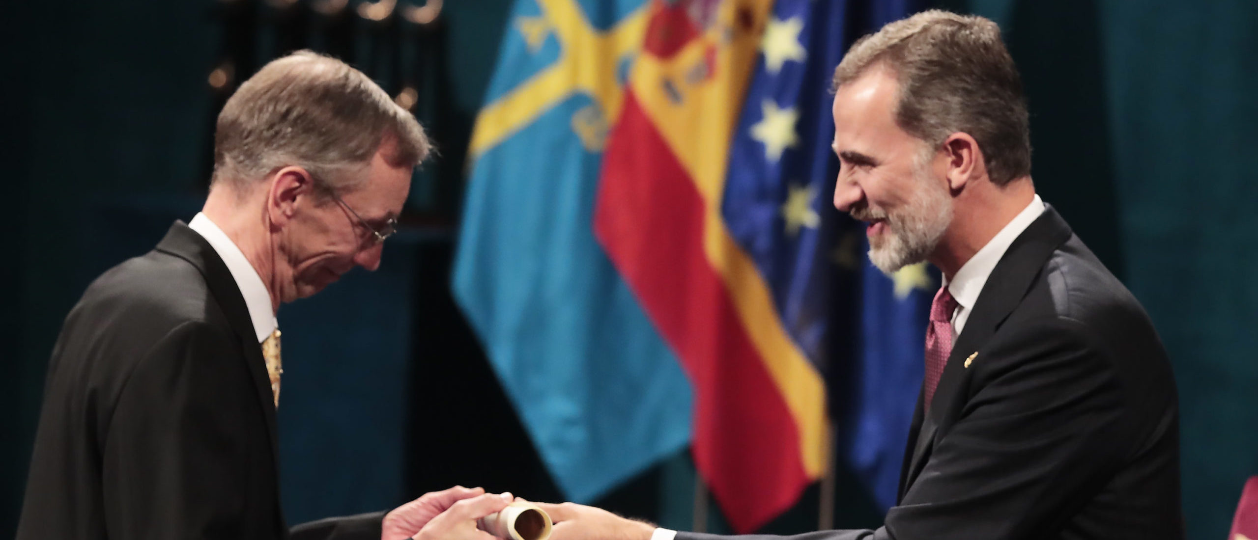 Svante Paabo receives the Princess of Asturias Award for Technical & Scientific Research 2018 from King Felipe VI of Spain on October 19, 2018 in Oviedo, Spain. (Photo by Carlos Alvarez/Getty Images)
