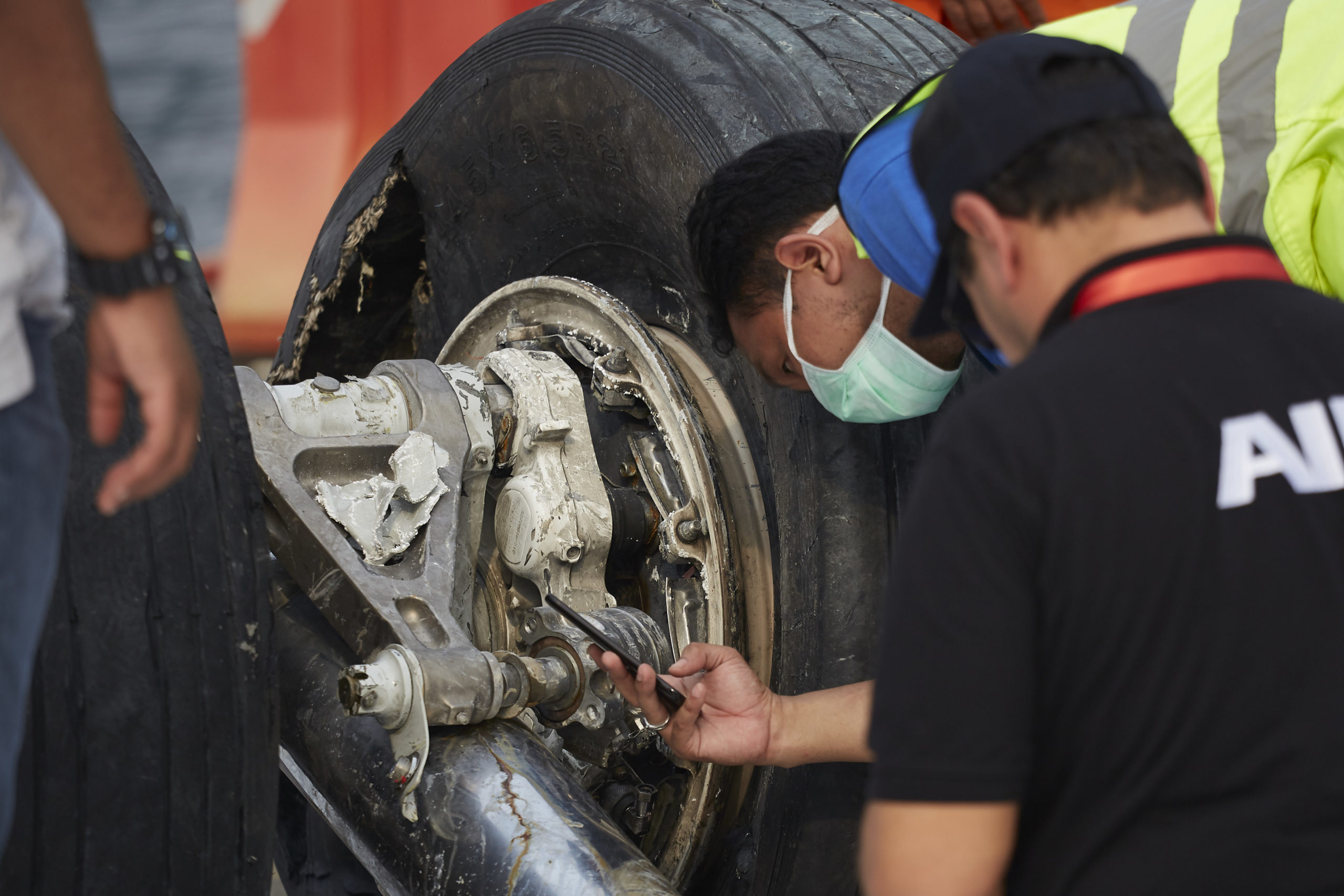 JAKARTA, INDONESIA - NOVEMBER 3: Indonesian investigators inspect the wrecked landing gear of Lion Air Flight JT 610 at the Tanjung Priok port on November 3, 2018 in Jakarta, Indonesia. Indonesian authorities said on Saturday that a diver who joined the search operation for Lion Air flight 610 had died after being found unconscious on Friday, possibly due to an accident while diving. All 189 passengers and crew for the Boeing 737 plane are feared dead as rescuers as investigators and agencies from around the world continue its week-long search for victims and the cockpit voice recorder which might solve the mystery to the deadly crash into the Java sea shortly after takeoff. (Photo by Ed Wray/Getty Images)
