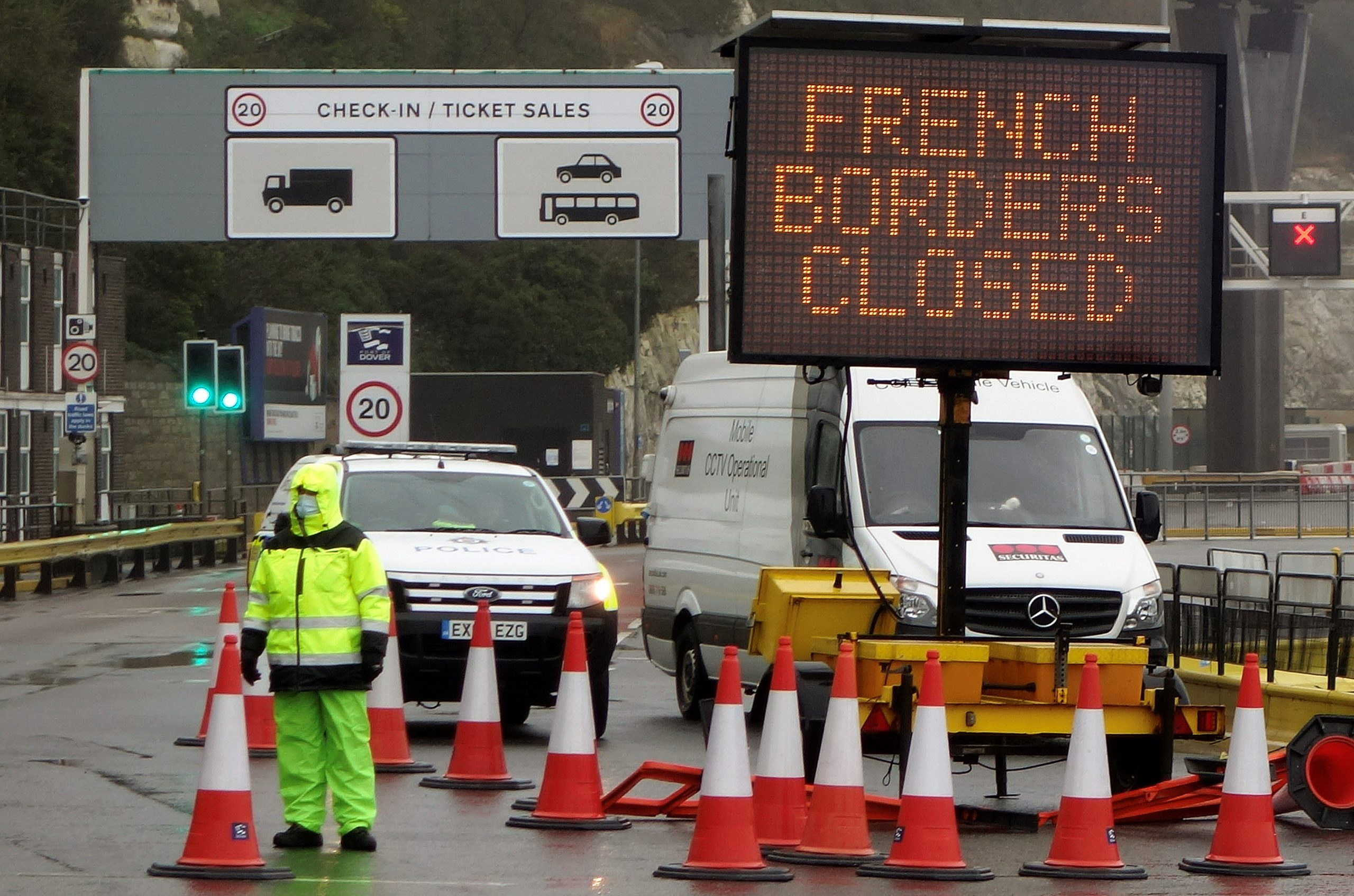 A sign alerts customers that the France closed its U.K. borders on Monday. (William Edwards/AFP via Getty Images)