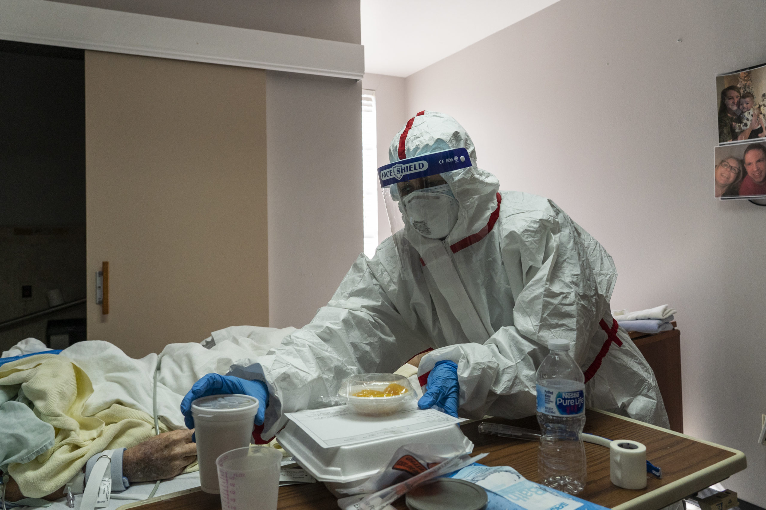 A medical staff member serves lunch in the coronavirus intensive care unit on Christmas Day at the United Memorial Medical Center in Houston, Texas. (Go Nakamura/Getty Images)
