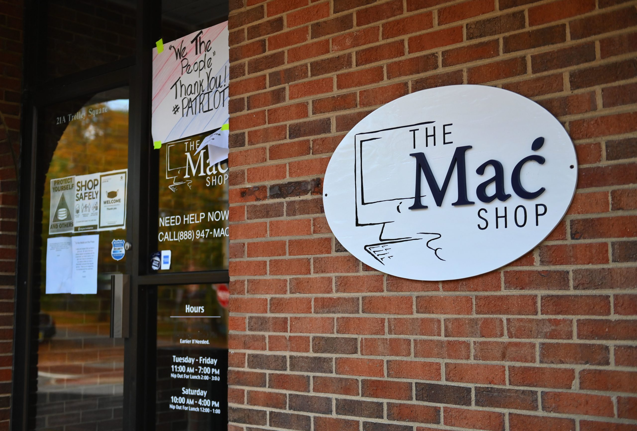 """An exterior view of John Paul Mac Isaac store, """"The Mac Shop"""", in Wilmington, Delaware (Photo by ANGELA WEISS/AFP via Getty Images)"""