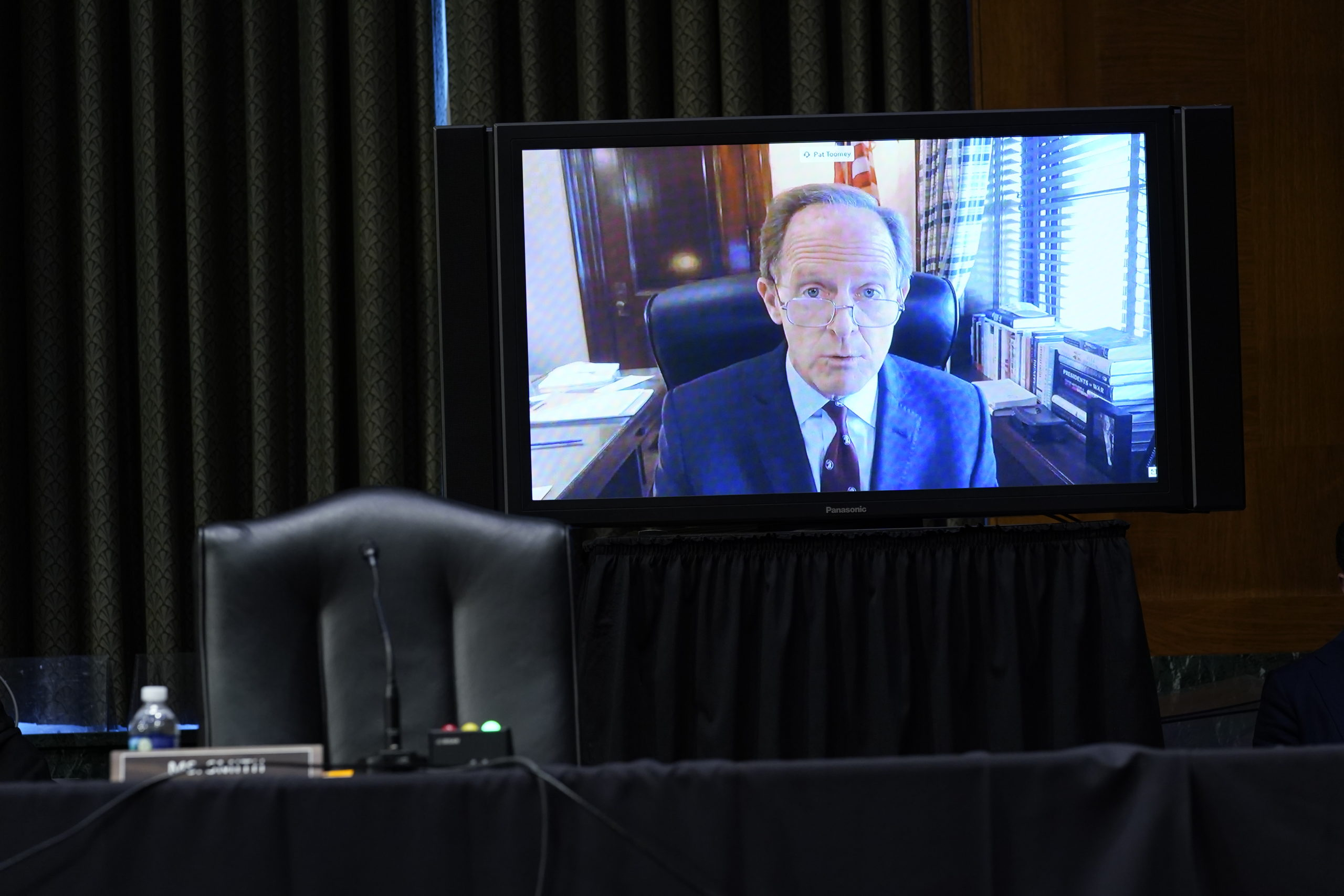 Sen. Pat Toomey speaks via video conference during a Senate Banking Committee hearing with Federal Reserve Chair Jerome Powell in December. (Susan Walsh/Pool/Getty Images)