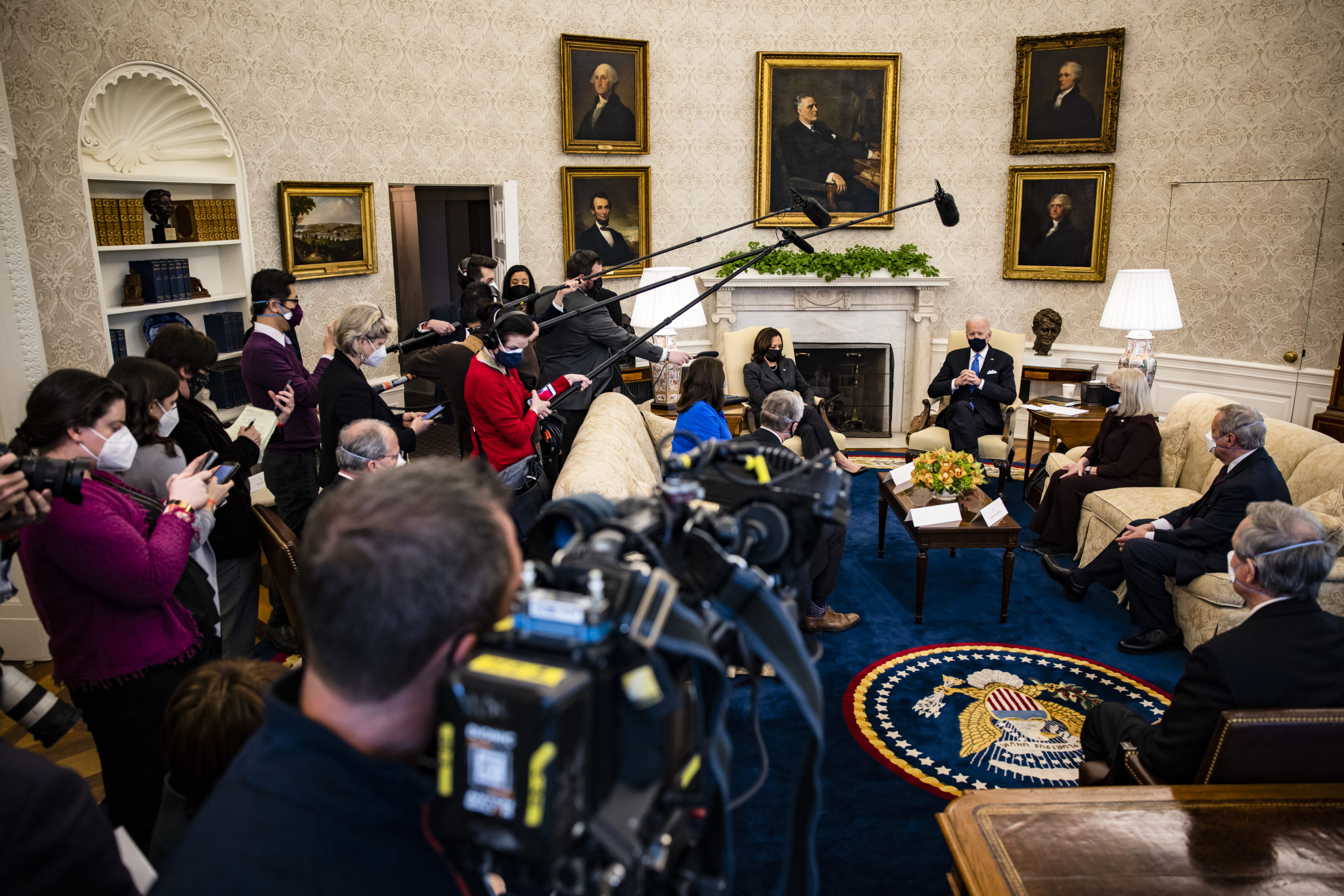 WASHINGTON, DC - MARCH 03: President Joe Biden holds a meeting on cancer with Vice President Kamala Harris and Sen. Patty Murray (D-WA) (3rd-R), Sen. Dick Durbin (D-IL) (2nd-R), Sen. Mike Crapo (R-ID) and other lawmakers in the Oval Office at the White House on March 3, 2021 in Washington, DC. (Photo by Samuel Corum/Getty Images)