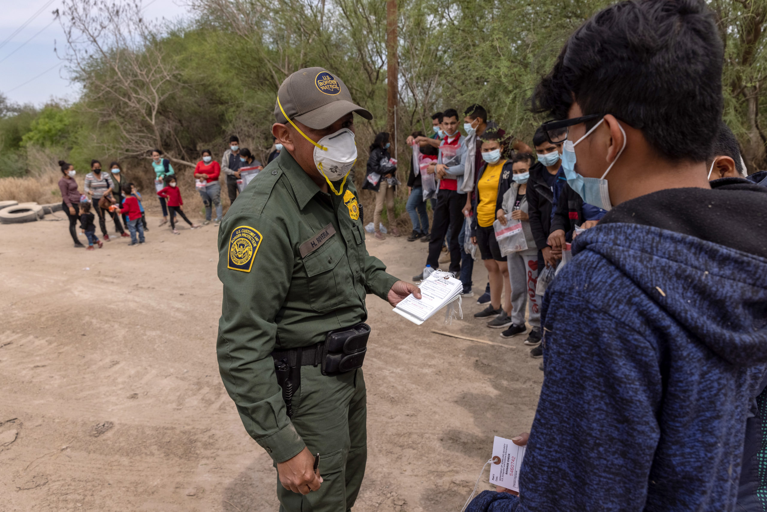 A U.S. Border Patrol agent questions a group of asylum seekers at the Texas-Mexico border on March 25. (John Moore/Getty Images)