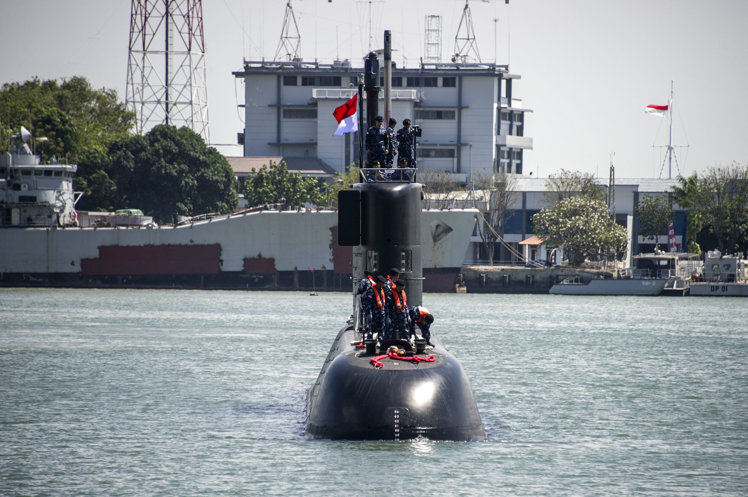 Indonesia's latest submarine KRI Nagapasa 403 arrives at the naval port in Surabaya on August 28, 2017. Nagapasa 403 is the third submarine in the Indonesian Navy and was built by Daewoo Shipbuilding and Marine Engineering in South Korea. / AFP PHOTO / JUNI KRISWANTO (Photo credit should read JUNI KRISWANTO/AFP via Getty Images)