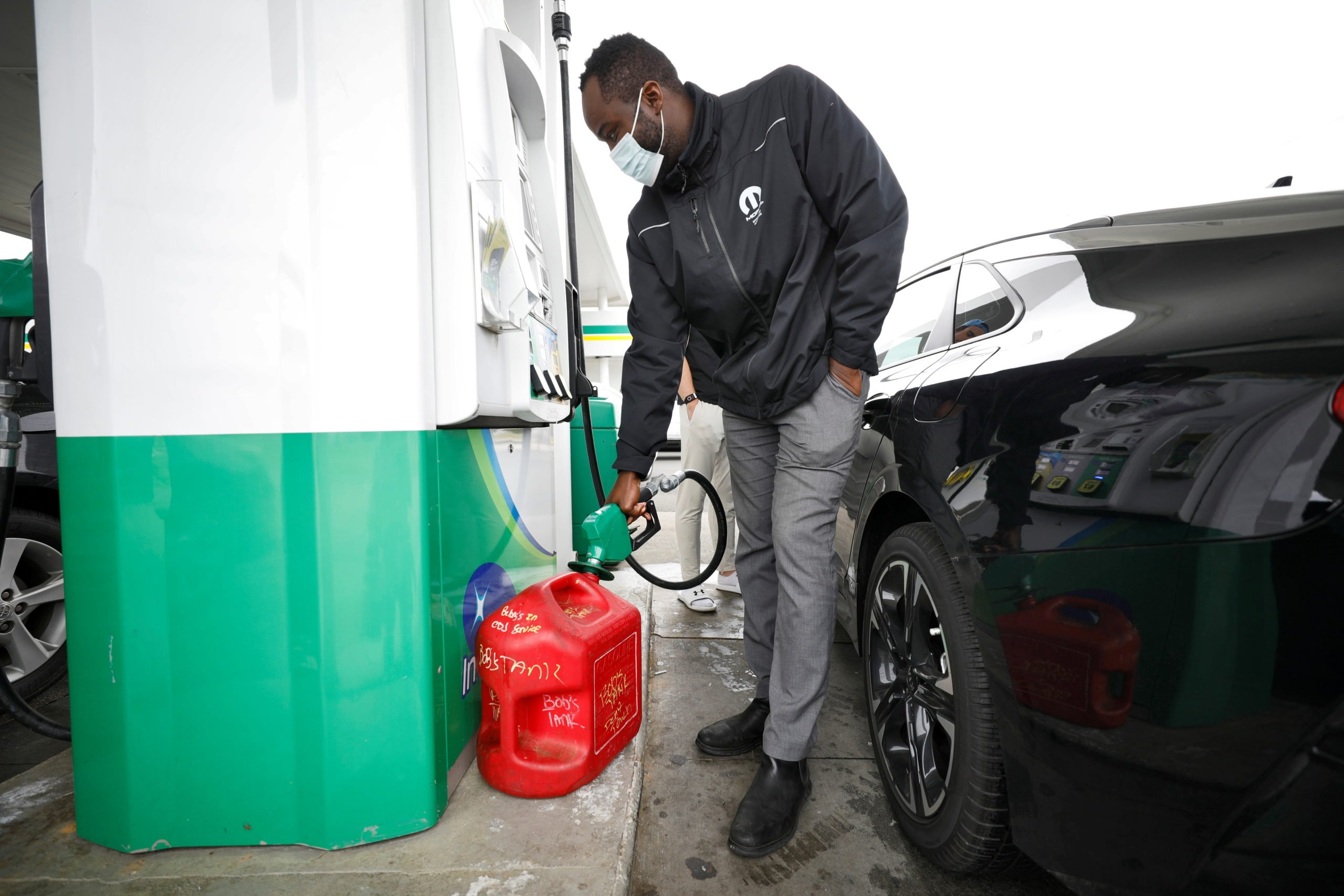 A local resident fills up a portable gas container as demand for gasoline surges following the cyberattack that crippled the Colonial Pipeline, in Durham, North Carolina, U.S. May 12, 2021. (REUTERS/Jonathan Drake)