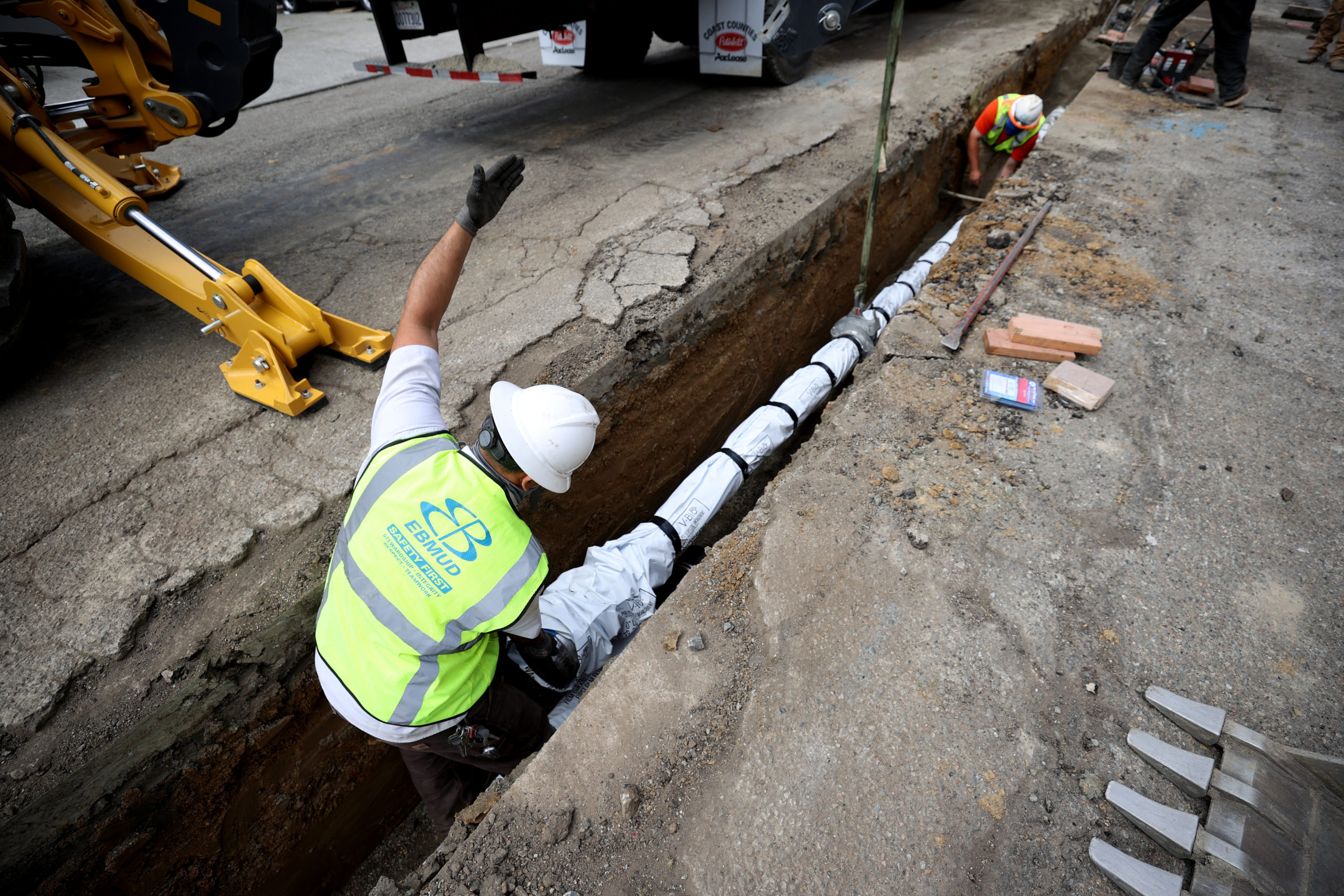 Workers install a new water pipeline on April 22 in Oakland, California. (Justin Sullivan/Getty Images)