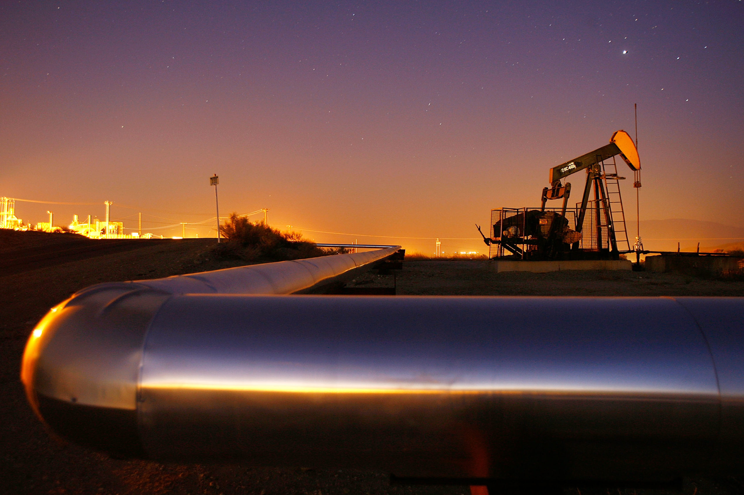 An oil rig south of town extracts crude on July 21, 2008 in Taft, California. (Photo by David McNew/Getty Images)