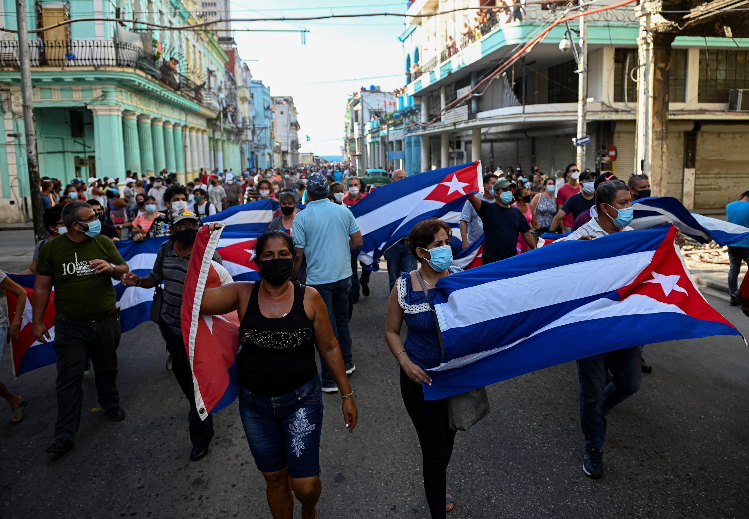 Les gens participent à une manifestation pour soutenir le gouvernement du président cubain Miguel Diaz-Canel à La Havane, le 11 juillet 2021. - Des milliers de Cubains ont participé dimanche à de rares manifestations contre le gouvernement communiste, marchant dans une ville en scandant