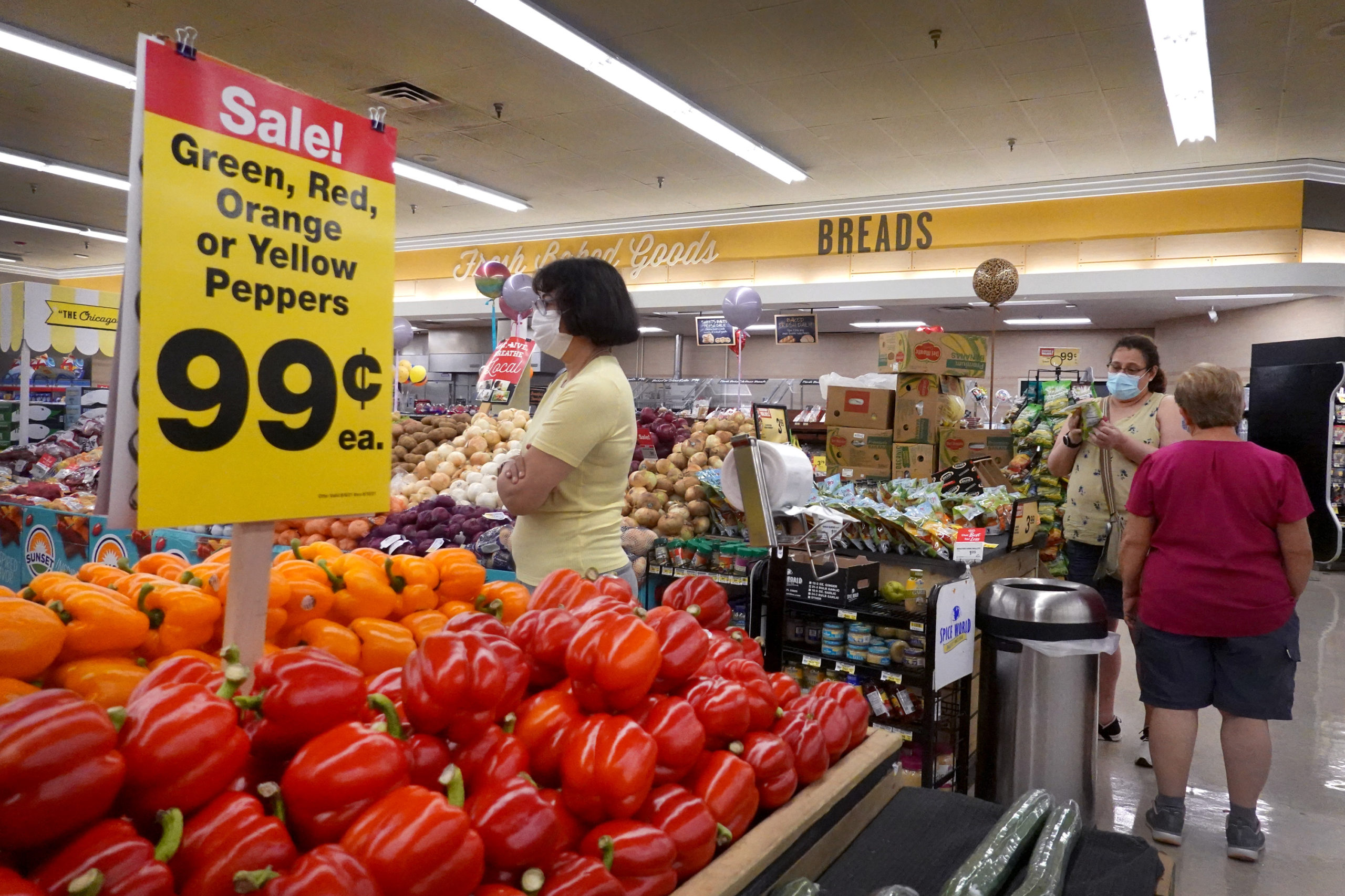 Customers shop for produce at a supermarket on June 10 in Chicago, Illinois. (Scott Olson/Getty Images)