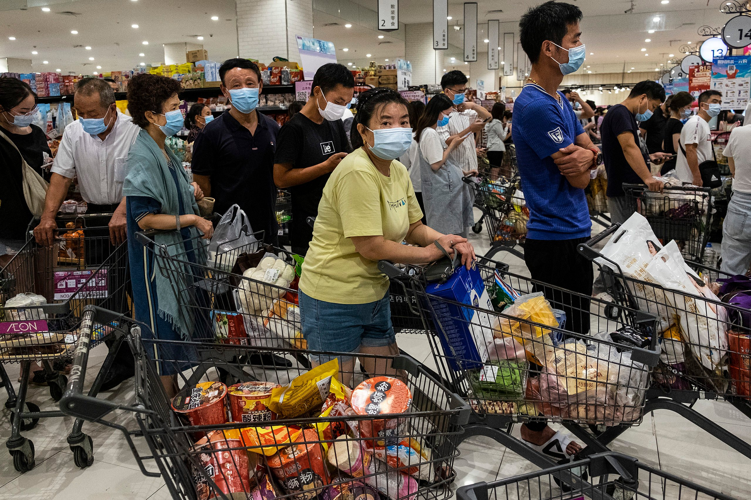WUHAN, CHINA - AUGUST 2:(CHINA OUT) People wear protective masks as they line up to pay in a supermarket on August 2, 2021 in Wuhan, Hubei Province, China. According to media reports, seven migrant workers returned positive COVID-19 nucleic acid tests. Wuhan has not reported locally transmitted cases for over a year. (Photo by Getty Images)