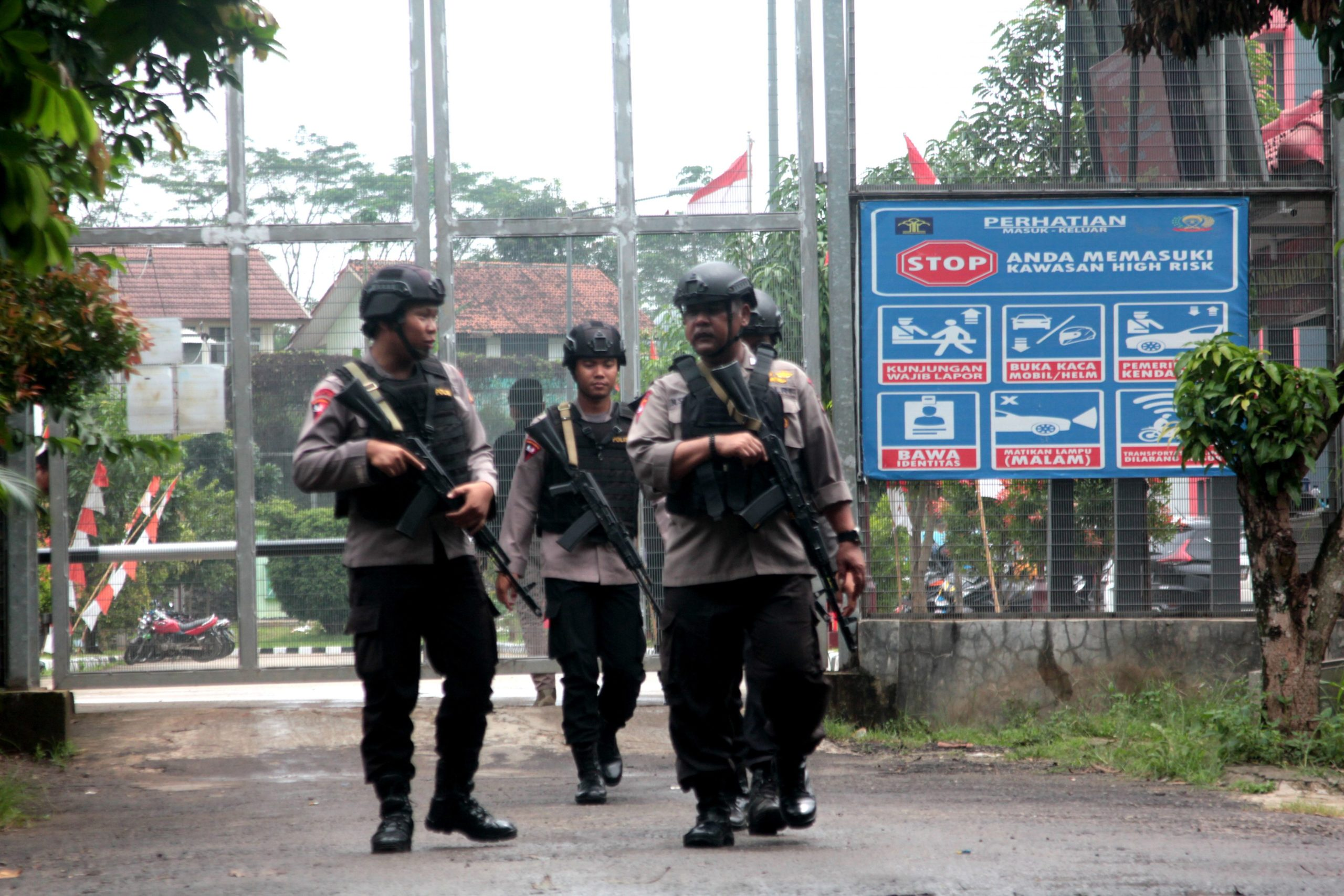 Indonesian security personnel patrol the perimeter of Gunung Sindur prison in Bogor on January 22, 2019, where radical cleric Abu Bakar Bashir, believed to have been a key figure in terror network Jemaah Islamiyah (JI) which was blamed for the 2002 Bali bombings, is jailed. (Photo credit should read TJAHYADI ERMAWAN/AFP via Getty Images)
