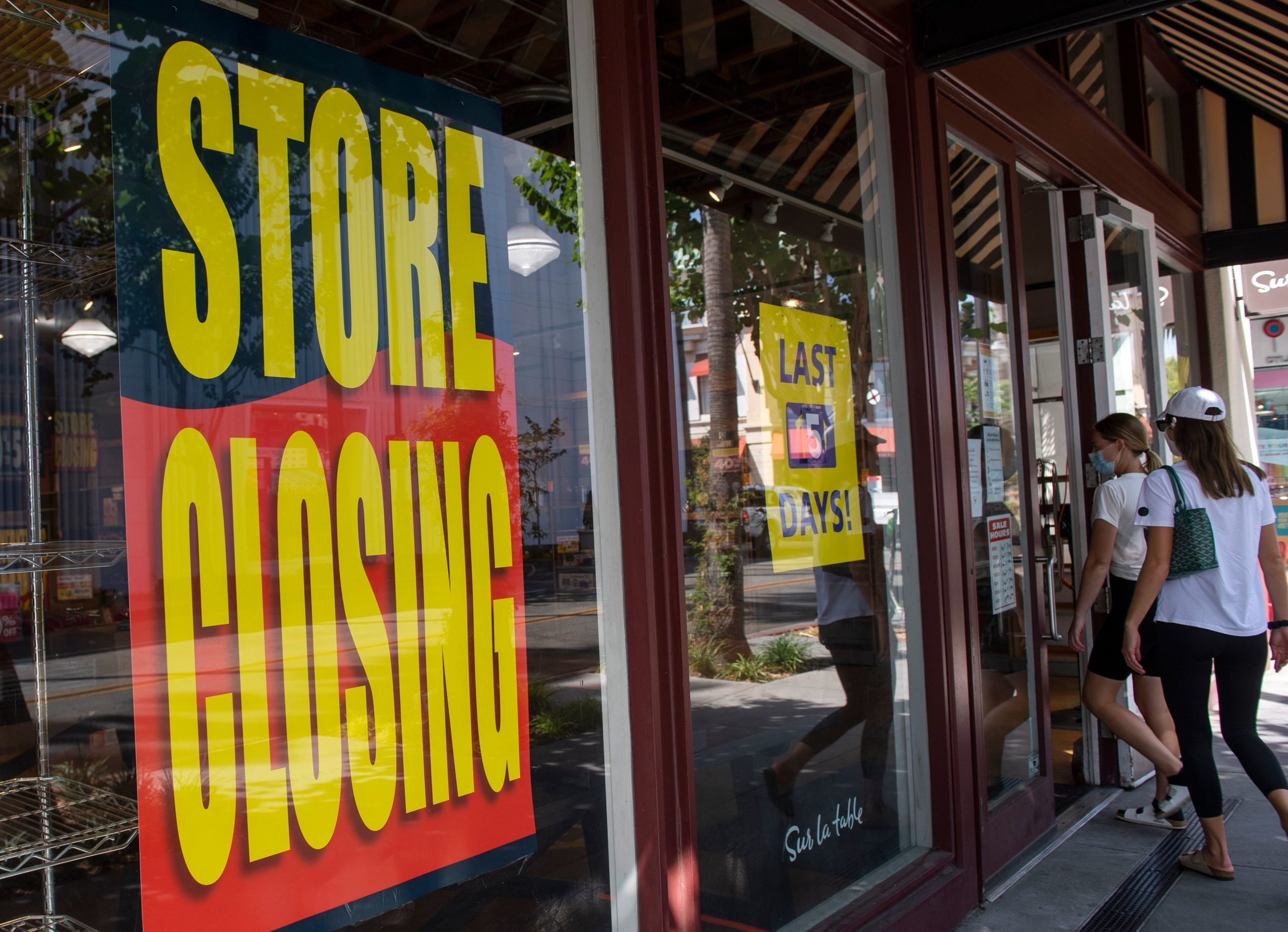 """""""Store Closing"""" signs are posted at a """"Sur La Table"""" kitchenware store amid the pandemic in Los Angeles, California. (Valerie Macon/AFP via Getty Images)"""